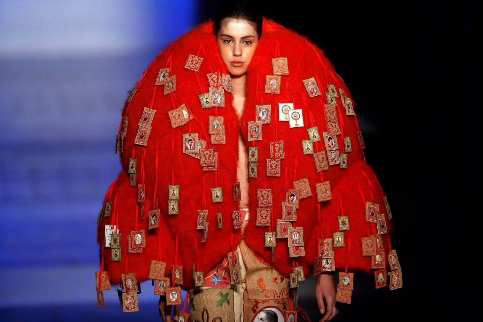 Jedna z kreacji pokazywanych na Mercedes-Benz Fashion Week w Madrycie.