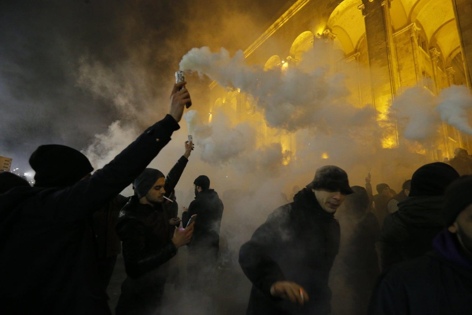 Protesty przed budynkiem parlamentu w Tbilisi, Gruzja.