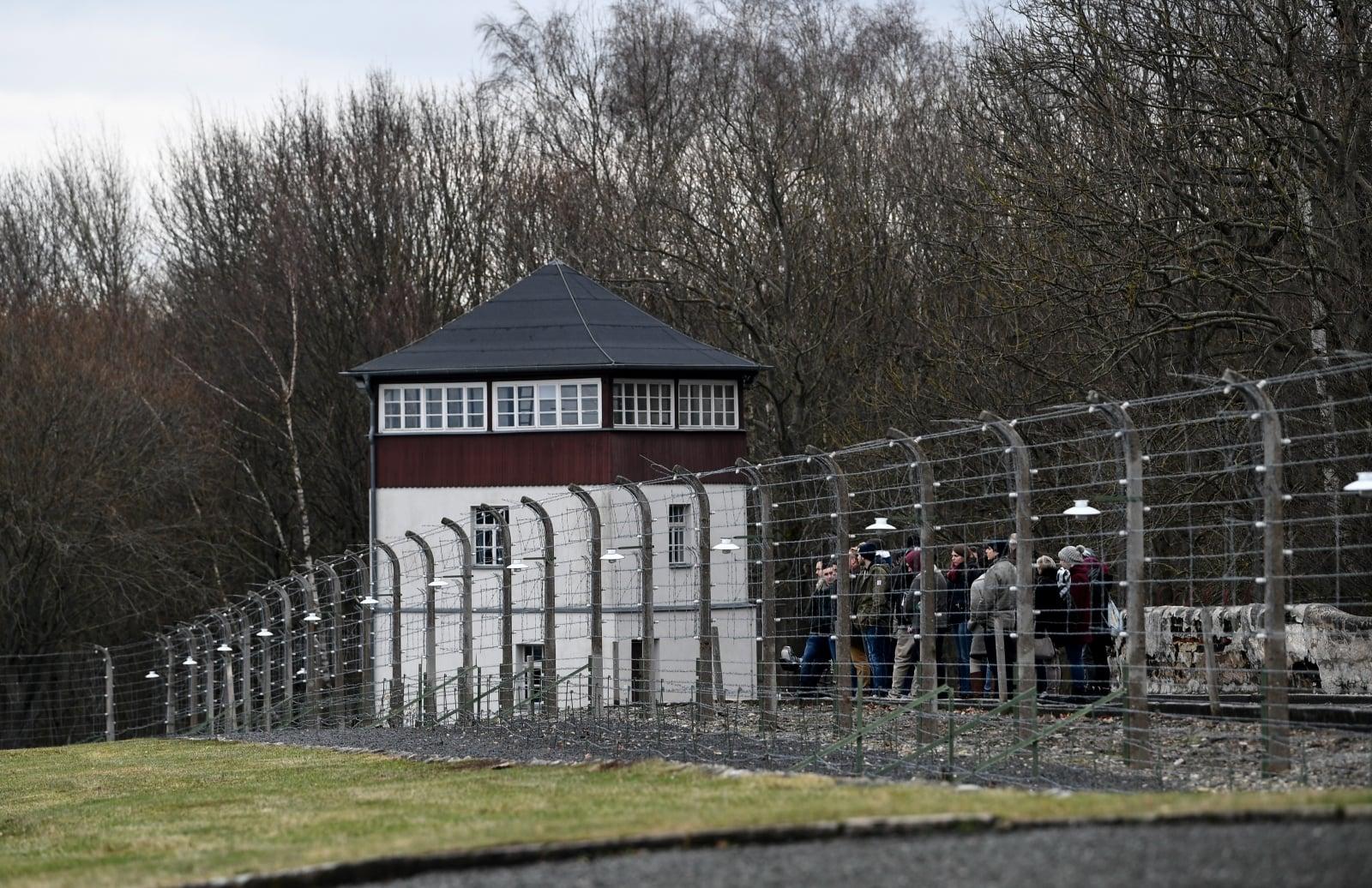 Zwiedzający oglądają fragment zrekonstruowanego obozu koncentracyjnego Buchenwald, Weimar, Niemcy