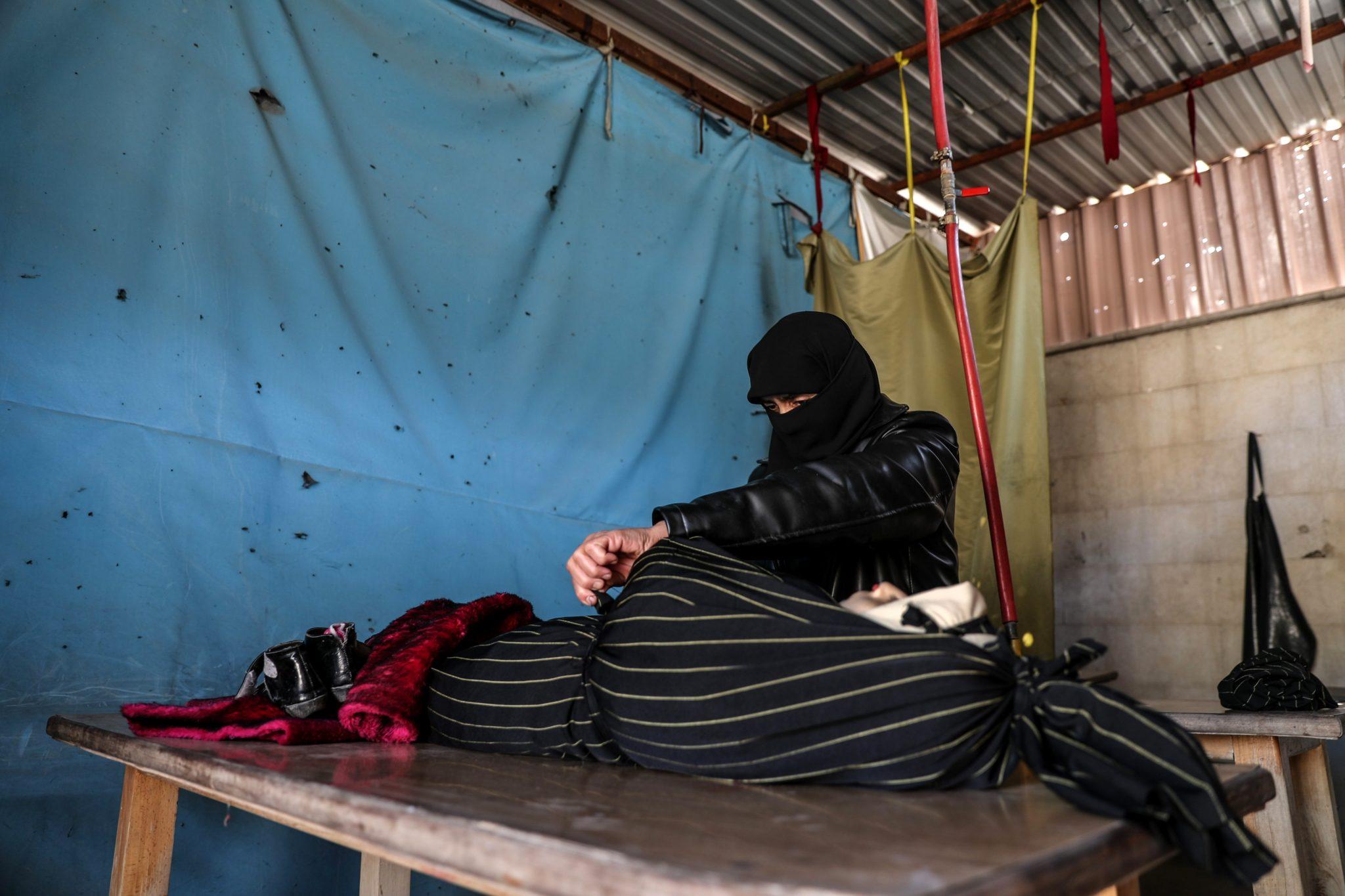 Syria: Kobieta obejmuje ciało dziecka w kostnicy po tym, jak zostało prawdopodobnie wraz z bratem w ostrzale przeprowadzonym przez siły lojalne wobec syryjskiego rządu, w Doumie, fot: Mohammed Badra, PAP/EPA