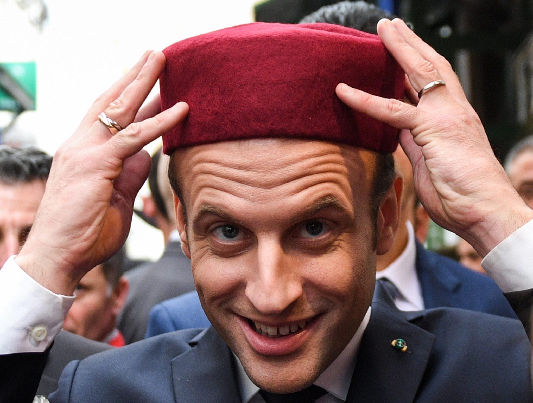 Wizyta prezydenta Francji w Tunezji. Emmanuel Macron podczas przechadzki po starym mieście w stolicy kraju Tunisie, fot: Eric Feferberg, PAP/EPA