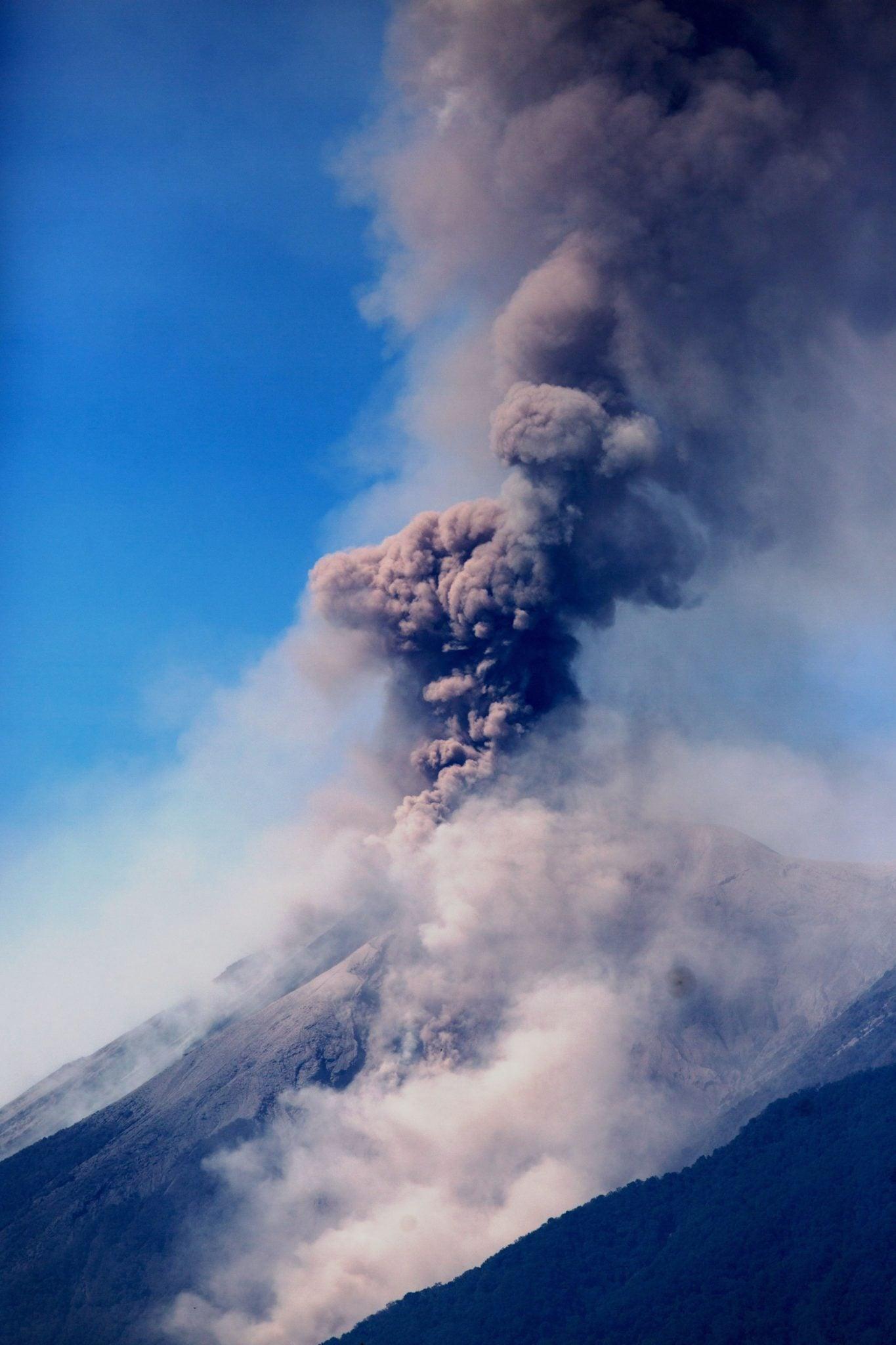 Gwatemala: widok na wulkan na Antigui, 50 km od stolicy kraju – Gwatemali. Wulkan wyrzuca popiół, który osiąga 5.500 metrów nad poziomem morza. To jest to pierwsza erupcja w tym roku, fot: Esteban Biba, PAP/EPA