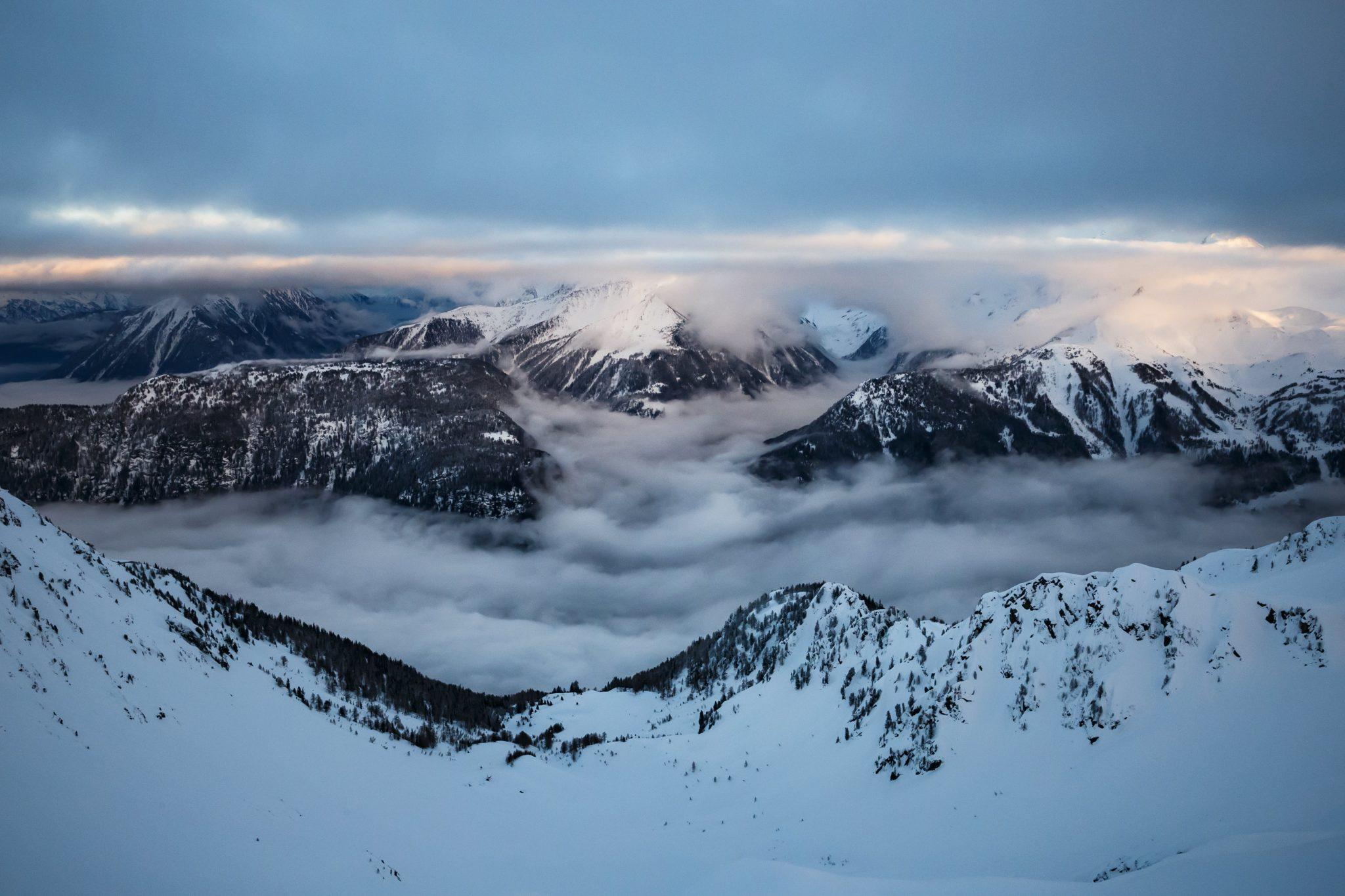 Chmury i pył, w miejscu, w którym zeszła lawina i porwała dwie osoby, na przełęczy Fenestral w Szwajcarii, fot: Valentin Flauraud, PAP/EPA