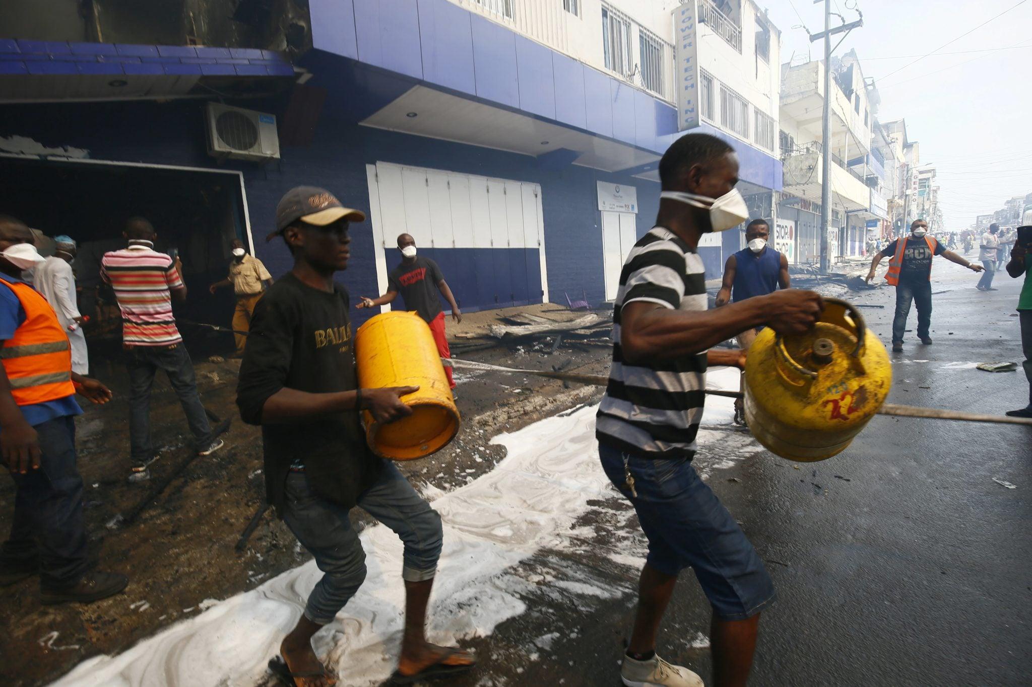 Liberia, Monrovia: ludzie próbują odeprzeć płonący ogień w dzielnicy handlowej Randall, fot: Ahmed Jallanzo, PAP/EPA