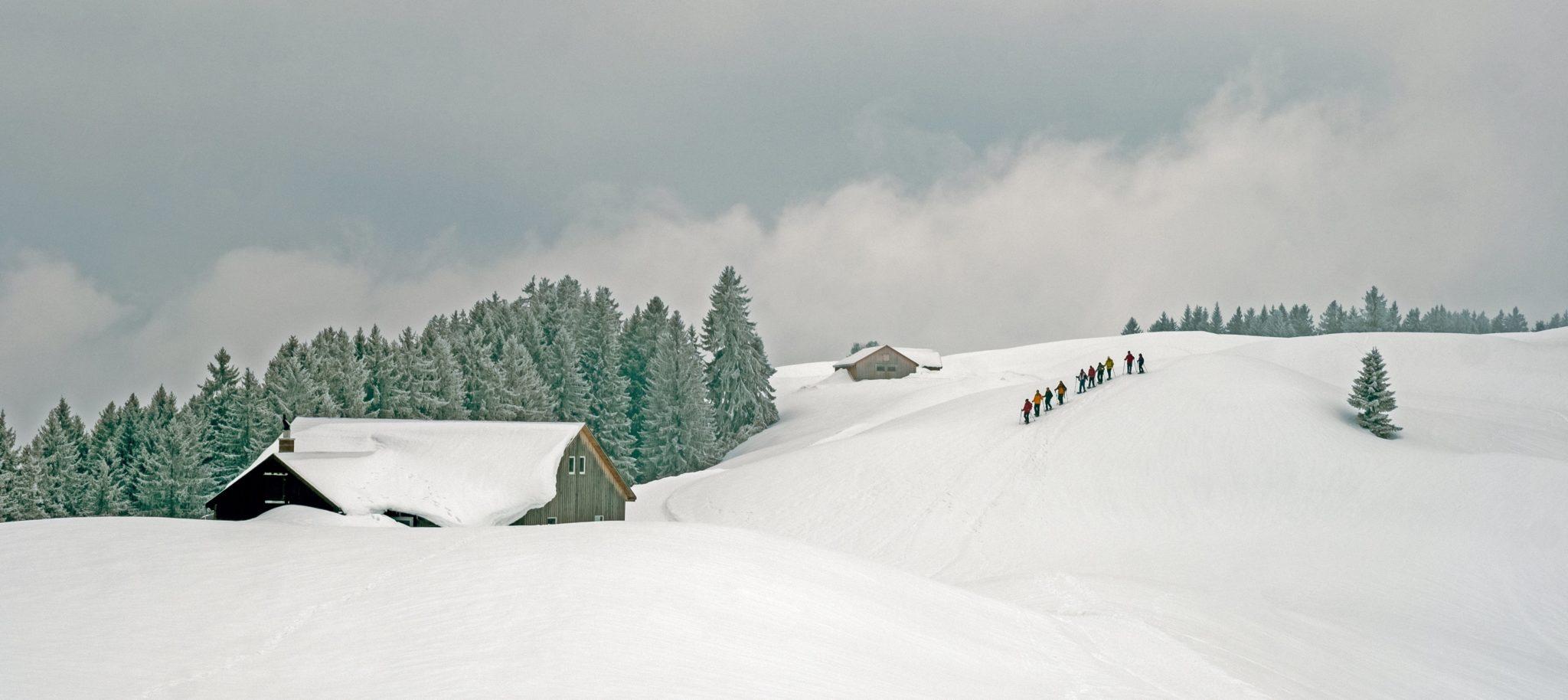 Szwajcaria, Altschen: zimowy spacer z rakietami śnieżnymi, fot: Walter Bieri, PAP/EPA