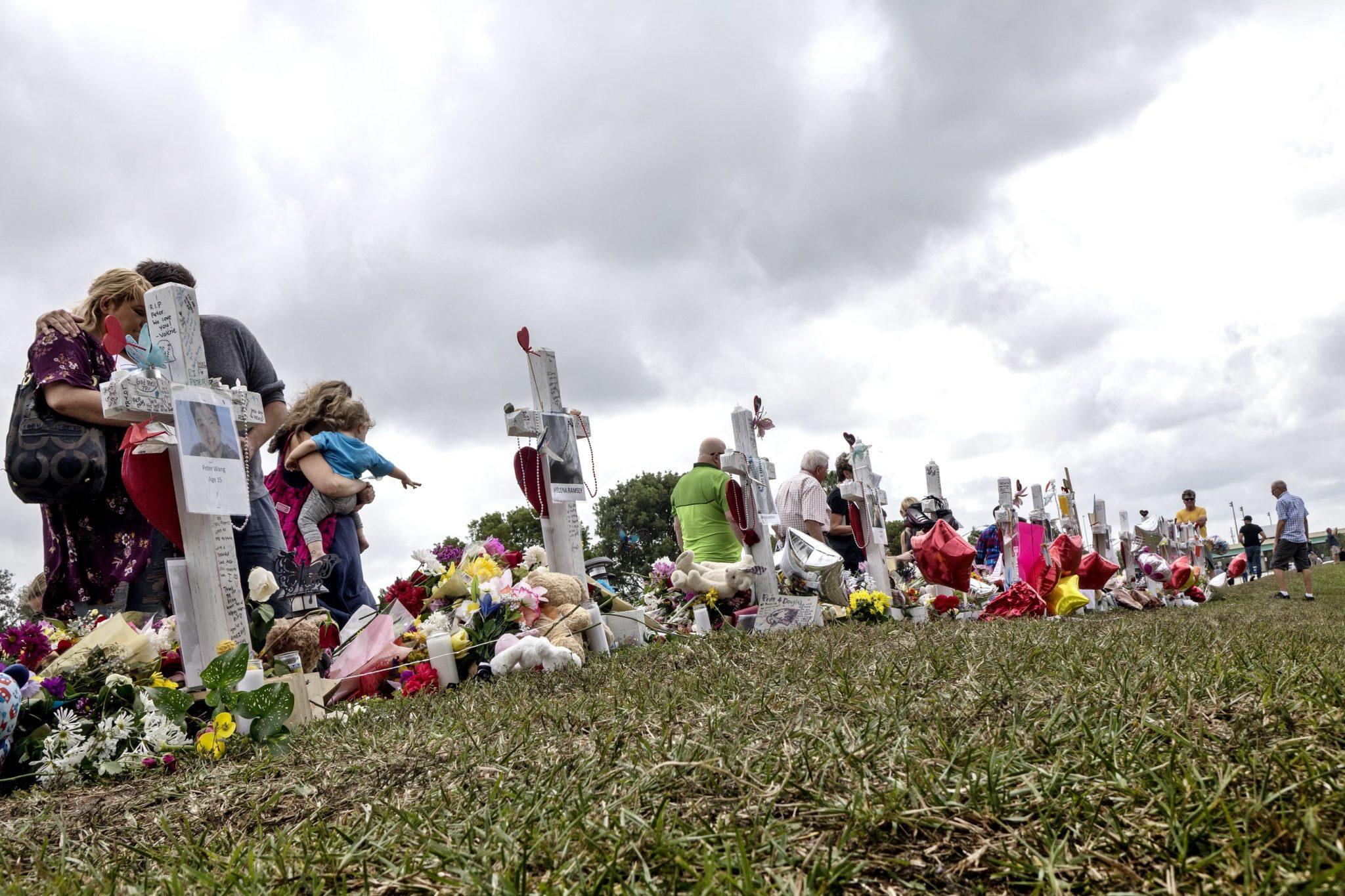 Modlitwa za ofiary strzelaniny w szkole we Florydzie, po ostrzale zamachowcy (byłego ucznia szkoły) zginęło 17 osób, wielu zostało rannych, fot: Cristobal Herrera, PAP/EPA