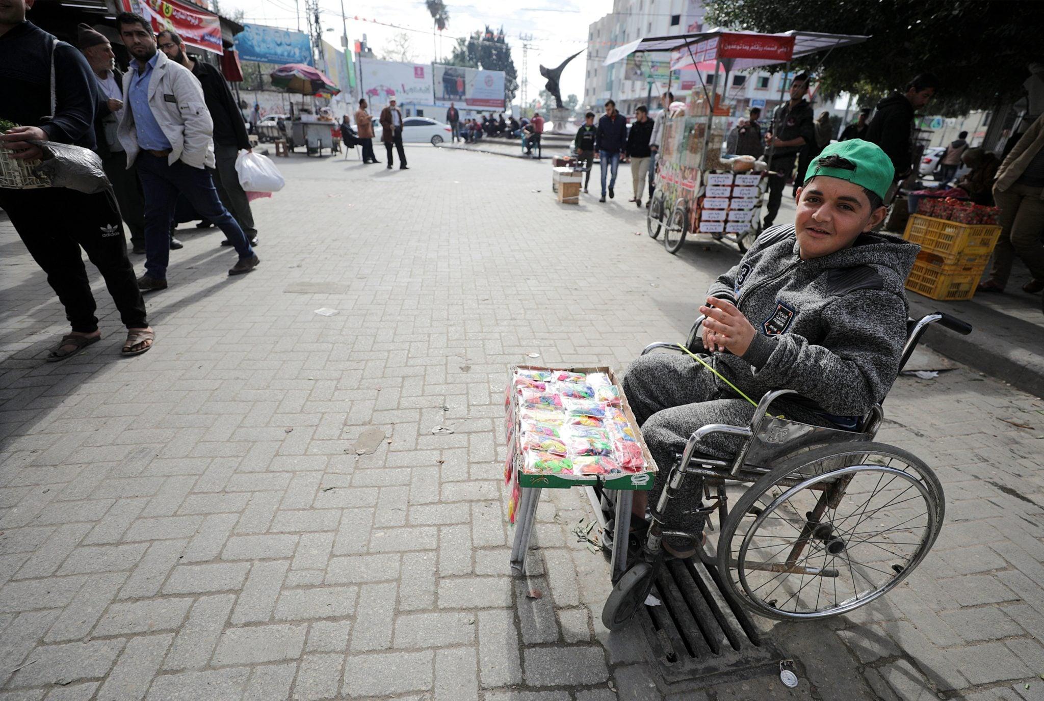 Stefa Gazy: niepełnosprawny sprzedaje zabawki na rynku Fras. To największe targowisko w Strefie Gazy, powstało w 1954 i jest podzielone na kilka stref: z mięsami, rybami, owocami, warzywami, odzieżą. Wiele rodzin boryka się z ubóstwem, poziom bezrobocia jest wysoki. Przyczyną jest m.in. oblężenie Strefy Gazy i wieloletnie wojny z Izraelem, fot: Mohammed Saber, PAP/EPA