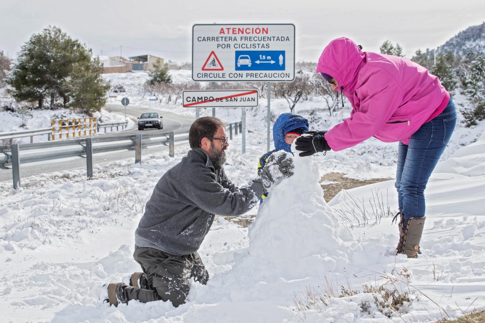epa06492460 A child builds a snowman with his parents in Moratalla, Murcia, south eastern Spain, 02 February 2018. The cold wave that started a week ago resulted in snowfall in Murcia, for the first time since 1983.  EPA/MARCIAL GUILLEN Dostawca: PAP/EPA.