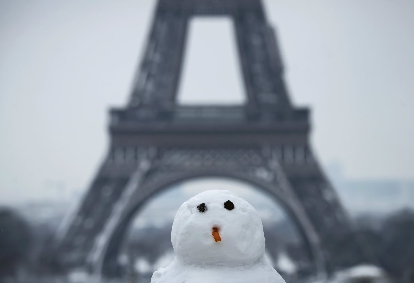 epa06502921 A snowman seen near the Eiffel Tower, in Paris, France, 07 February 2018. Temperatures dropped with snow flurries around the capital.  EPA/IAN LANGSDON Dostawca: PAP/EPA.