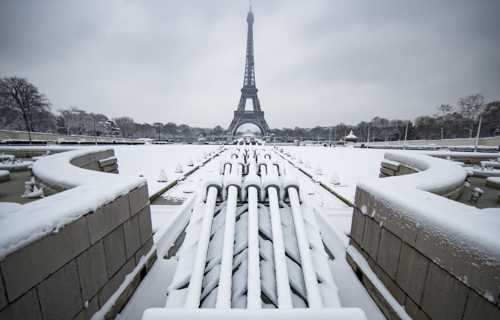 epa06502929 A view of the snow-covered Trocadero near the Eiffel Tower, in Paris, France, 07 February 2018. Temperatures dropped with snow flurries around the capital.  EPA/IAN LANGSDON Dostawca: PAP/EPA.