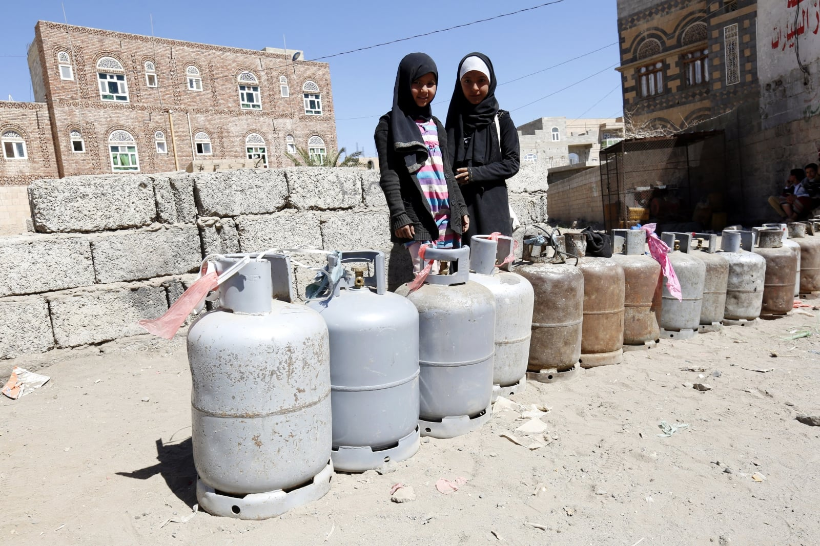 epa06502989 Yemenis wait for gas supplies next to empty cooking gas cylinders, at a gas station amid increasing gas shortage in Sana'a, Yemen, 07 February 2018. According to reports, Yemen continues to experience severe cooking gas shortage since the Saudi-led coalition started a military campaign against the Houthi rebels and their allies in the impoverished Arab state three years ago.  EPA/YAHYA ARHAB Dostawca: PAP/EPA.