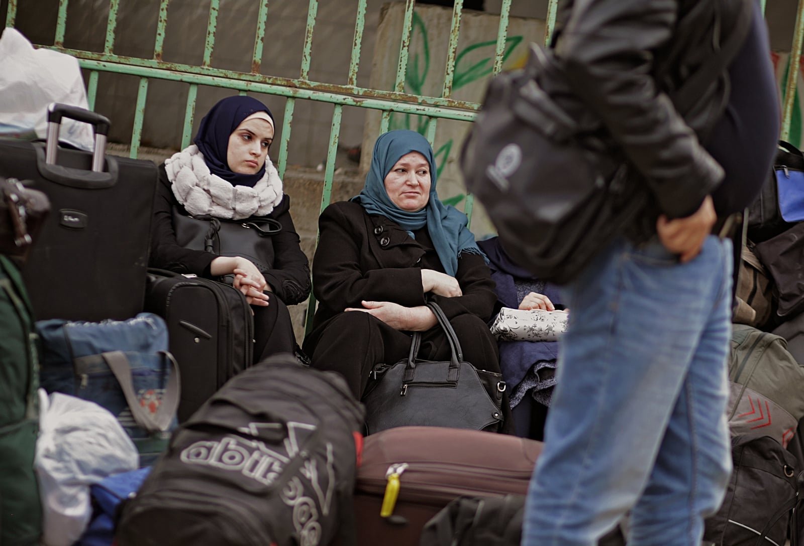 epa06503505 Palestinians wait to cross the border into Egypt through Rafah border crossing between Gaza Strip and Egypt in the southern Gaza Strip, 07 February 2018. Egyptian Authorities reopened Rafah crossing for three days for humanitarian cases, including allowance of crossing the border of people needing medical treatment unavailable in Gaza as well as students enrolled at Egyptian universities and Gazans with jobs abroad.  EPA/MOHAMMED SABER Dostawca: PAP/EPA.