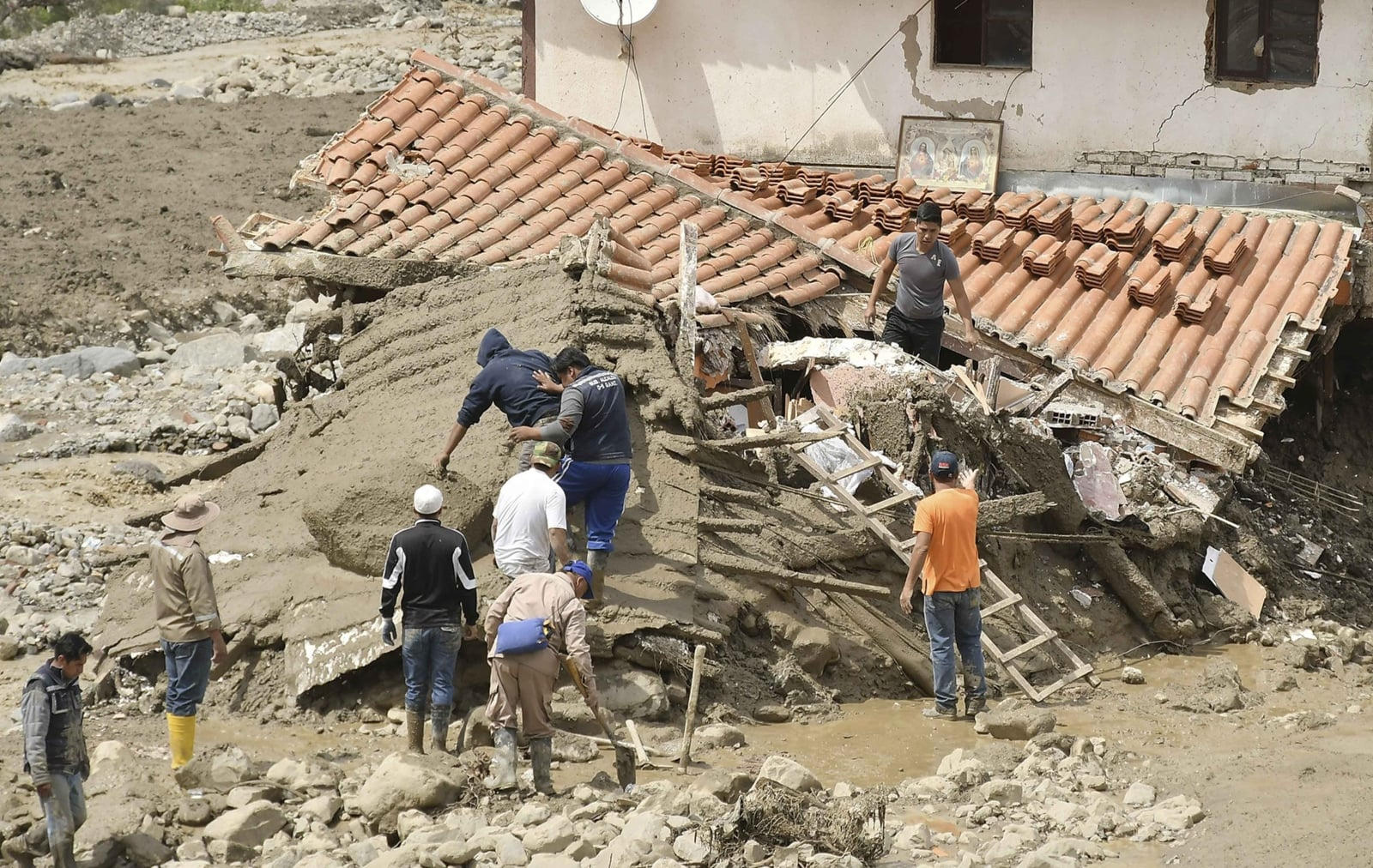 epa06503586 A group of people works clearing debris from a house affected by a mudslide that destroyed dozens of homes in Tiquipaya, a municipality near the city of Cochabamba, Bolivia, 07 February 2018. President of Bolivia, Evo Morales, announced the declaration of the 'state of emergency' in municipalities affected by floods in the country, which affected more than 8,200 families.  EPA/JORGE ABREGO Dostawca: PAP/EPA.