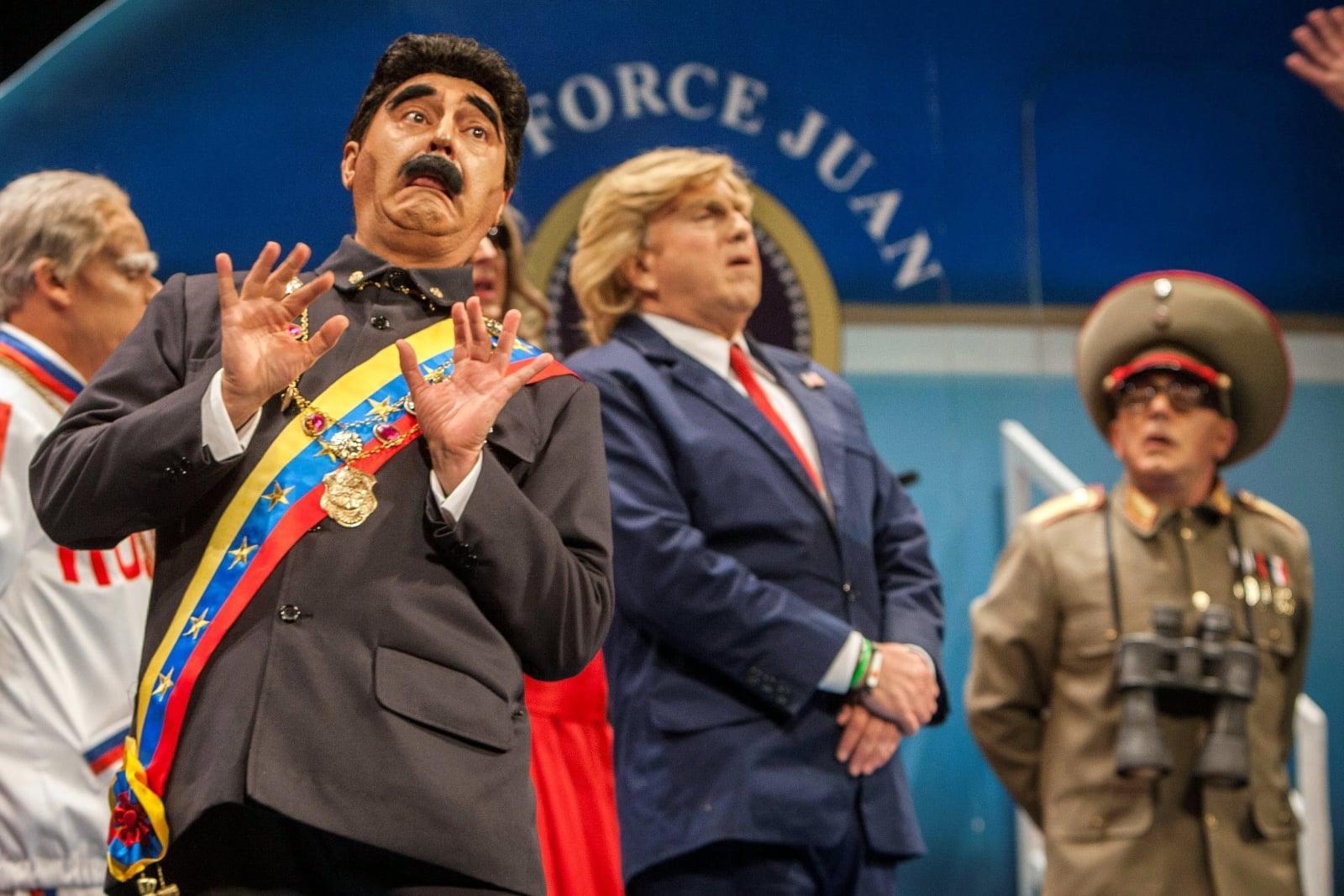 Hiszpańscy komicy przebrani za prezydenta Wenezueli Nicolasa Maduro i prezydenta Stanów Zjednoczonych Donalda Trumpa, Cadiz, Hiszpania.