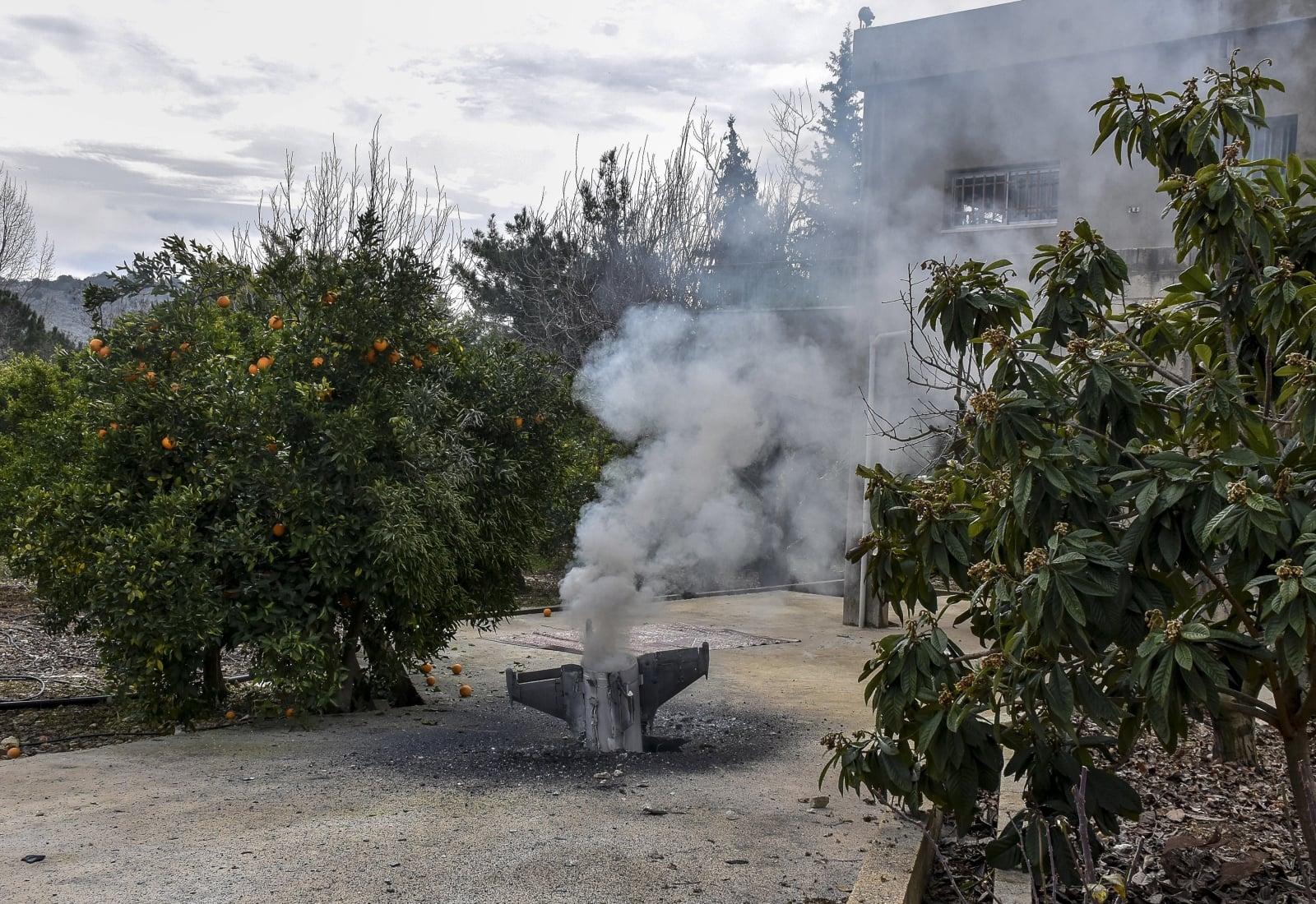 Szczątki niezidentyfikowanej rakiety, która spadła obok domu szejka Ismaila Amasha w Libanie i nie wybuchła.