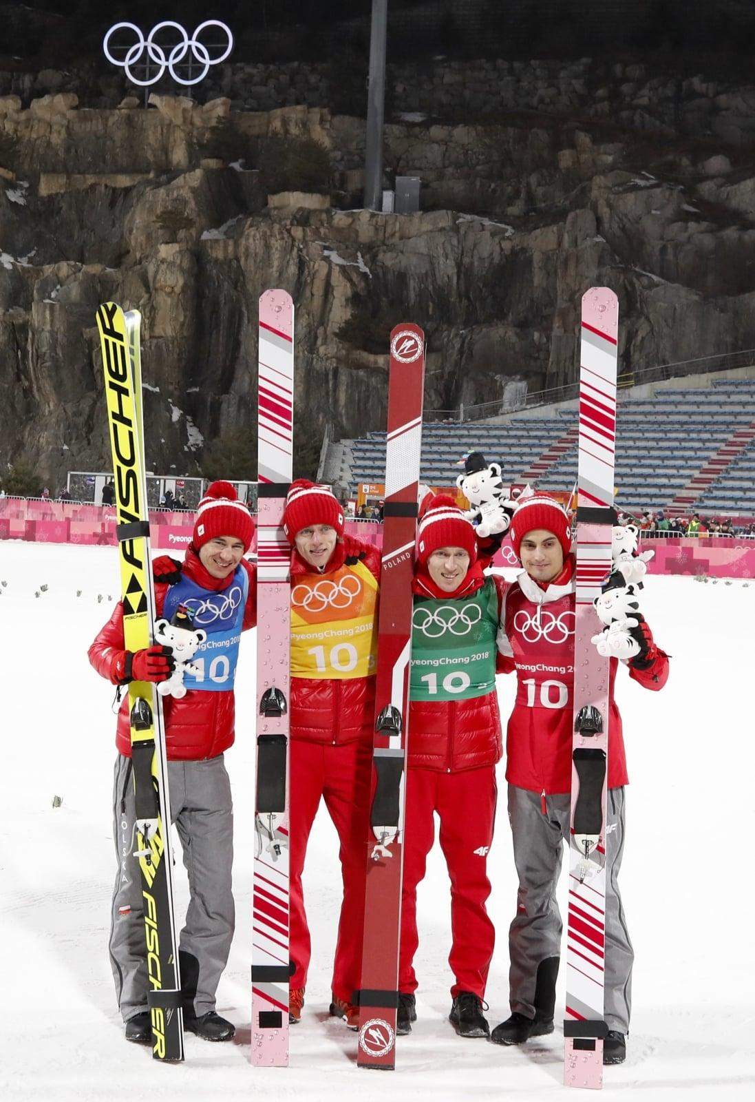 Polscy skoczkowie z brązowym medalem Igrzysk Olimpijskich. fot. EPA/DIEGO AZUBEL