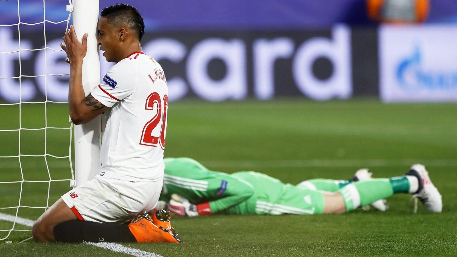 Zawodnik FC Sevilla Luis Muriel po spudłowaniu strzału na bramkę Manchesteru.