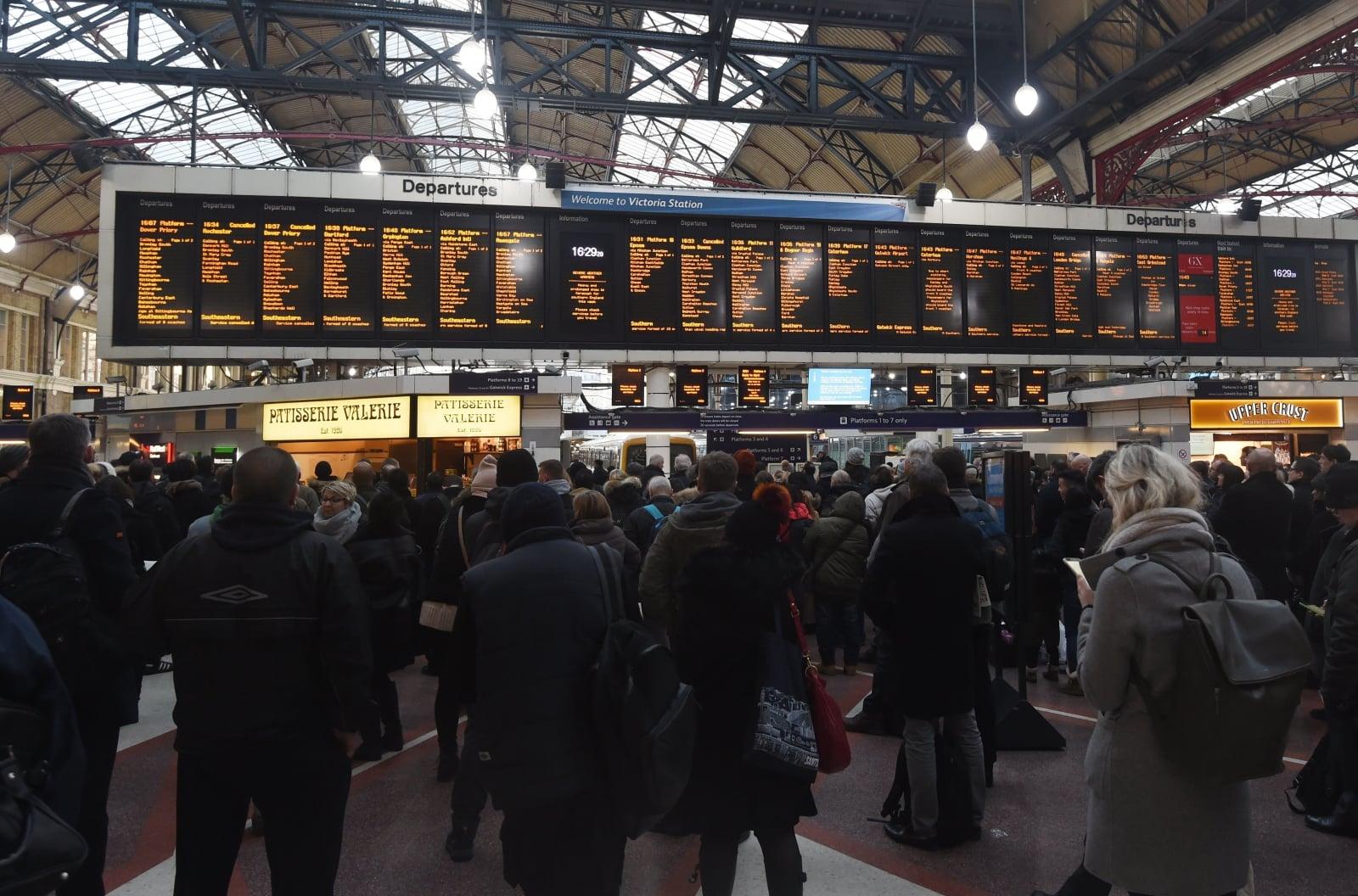 Opóźnienia pociągów w londyńskiej stacji Victoria, Wielka Brytania, fot. EPA/FACUNDO ARRIZABALAGA