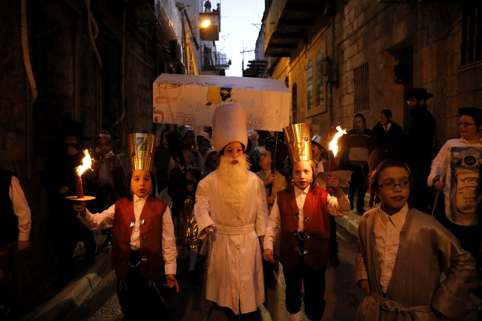 Żydowskie dzieci ubrane w tradycyjne kostiumy Purim w dzielnicy Mea Shaarim w Jerozolimie, Izrael, fot. EPA/ABIR SULTAN