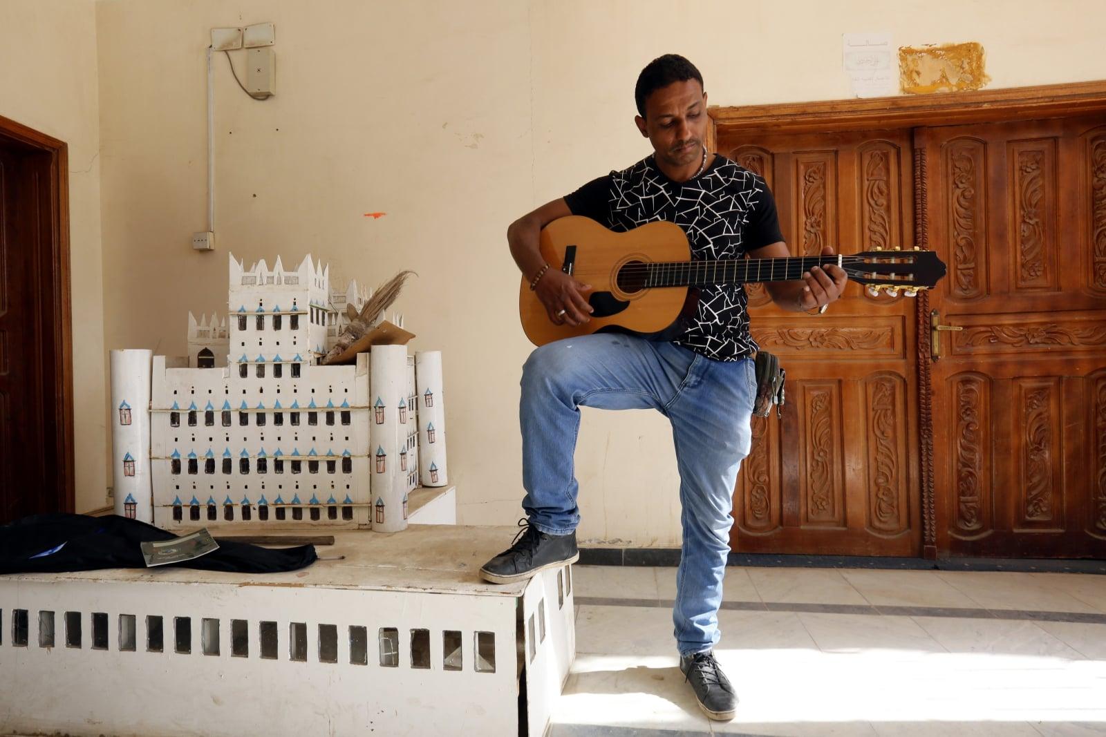 Jemeński student podczas bezpłatnej lekcji muzyki w centrum kultury w Sanie, Jemen, fot. EPA/YAHYA ARHAB