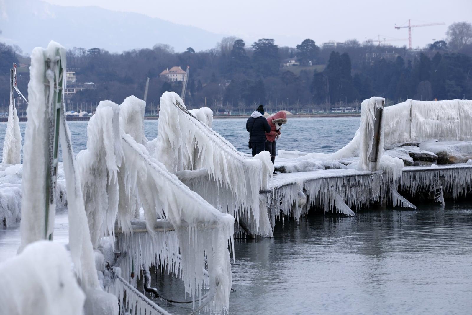 Molo pokryte lodem nad brzegiem Jeziora Genewskiego, w Genewie, w Szwajcarii, fot. EPA/SALVATORE DI NOLFI