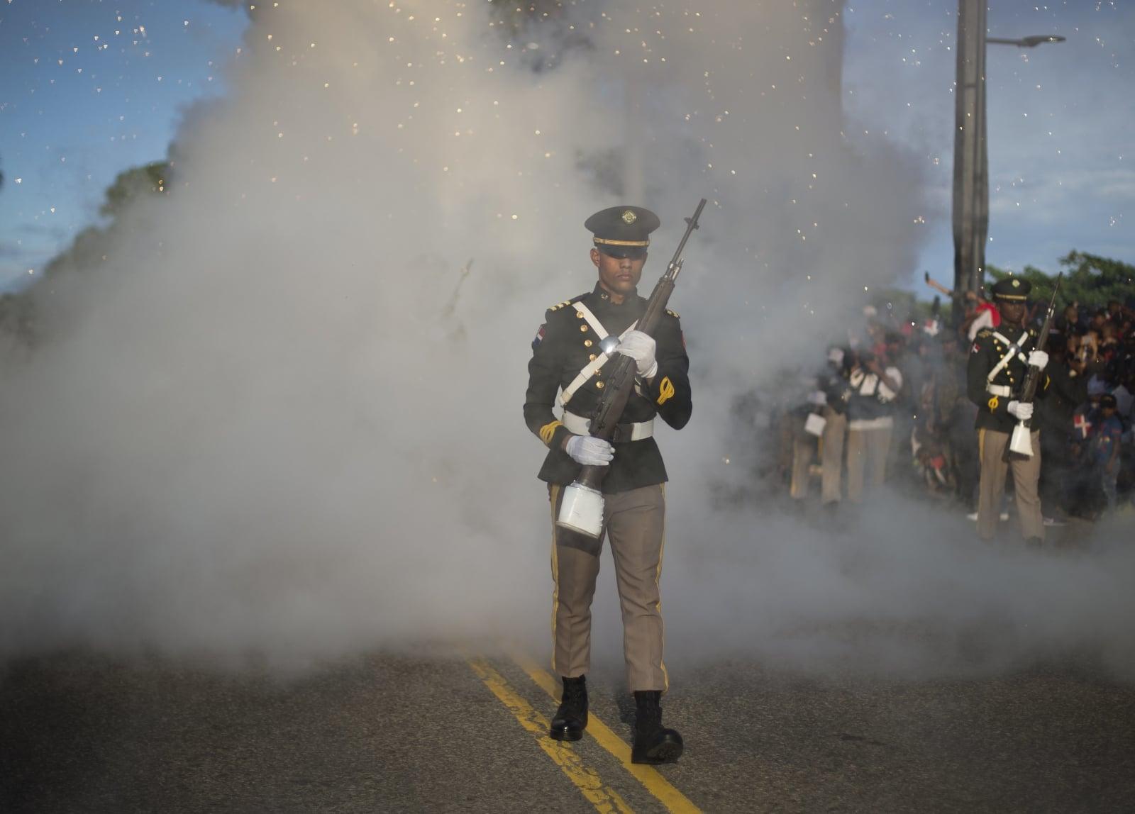 Członkowie Sił Zbrojnych uczestniczą w paradzie wojskowej, aby uczcić 174. rocznicę niepodległości w Santo Domingo, Republika Dominikańska, fot. EPA/ORLANDO BARRIA
