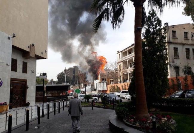 Pożar wywołany wybuchem pocisku moździerzowego w Damaszku, Syria.