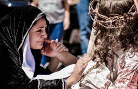 maryja i Jezus na drodze krzyżowej