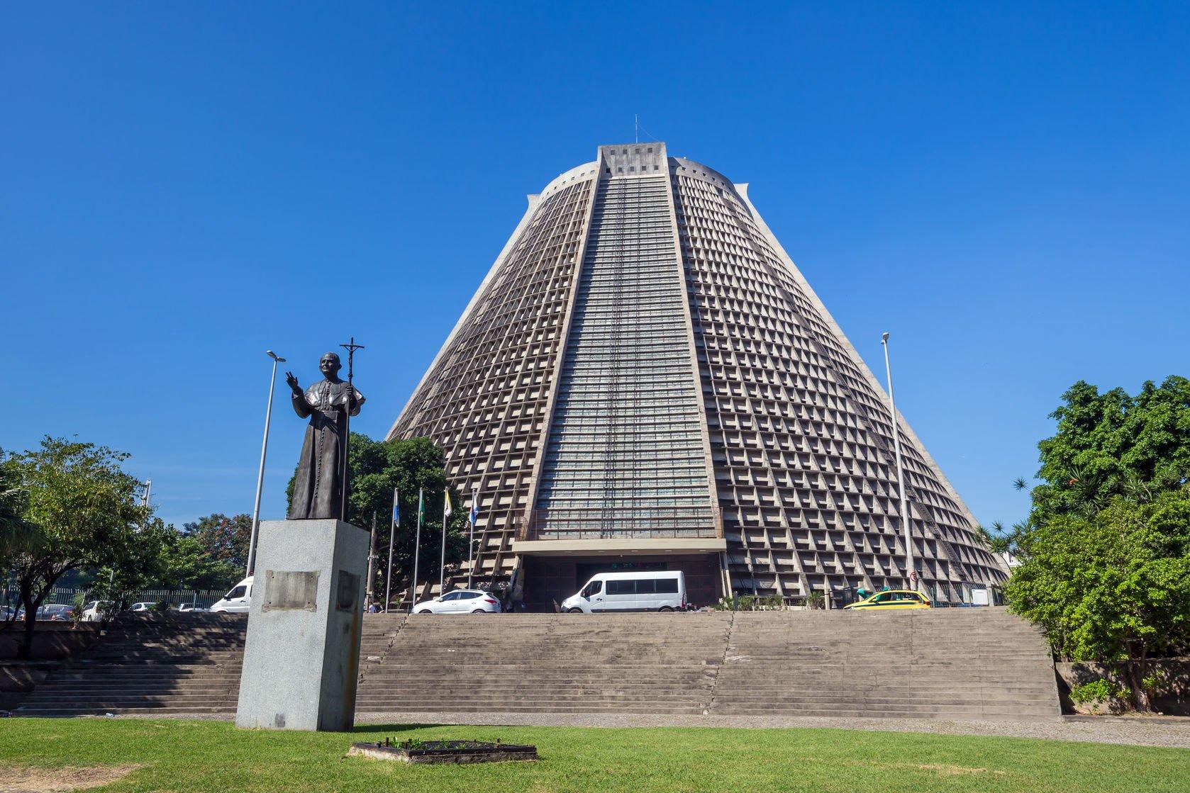 Położona w samym centrum Rio de Janeiro Zaprojektował ją miejscowy architekt Joaquim Correa. Jest to kościół skalny.  Fot. Barwyszkla