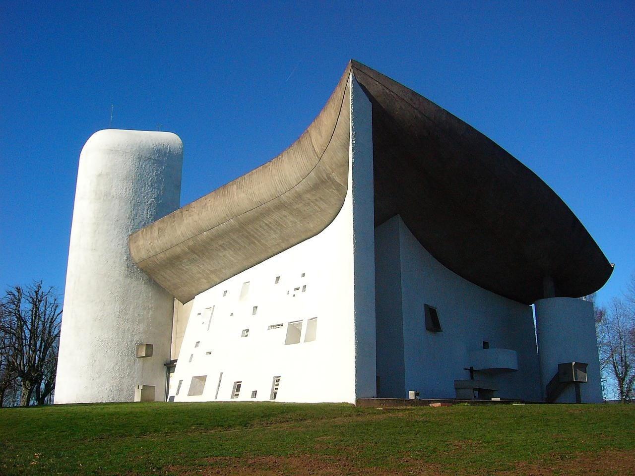 Ukończona w 1954 roku Kaplica Notre Dame du Haut (Matki Bożej na Górze) w Ronchamp jest jednym z najwspanialszych przykładów twórczości francusko-szwajcarskiego architekta Le Corbusiera.  Fot. archdaily