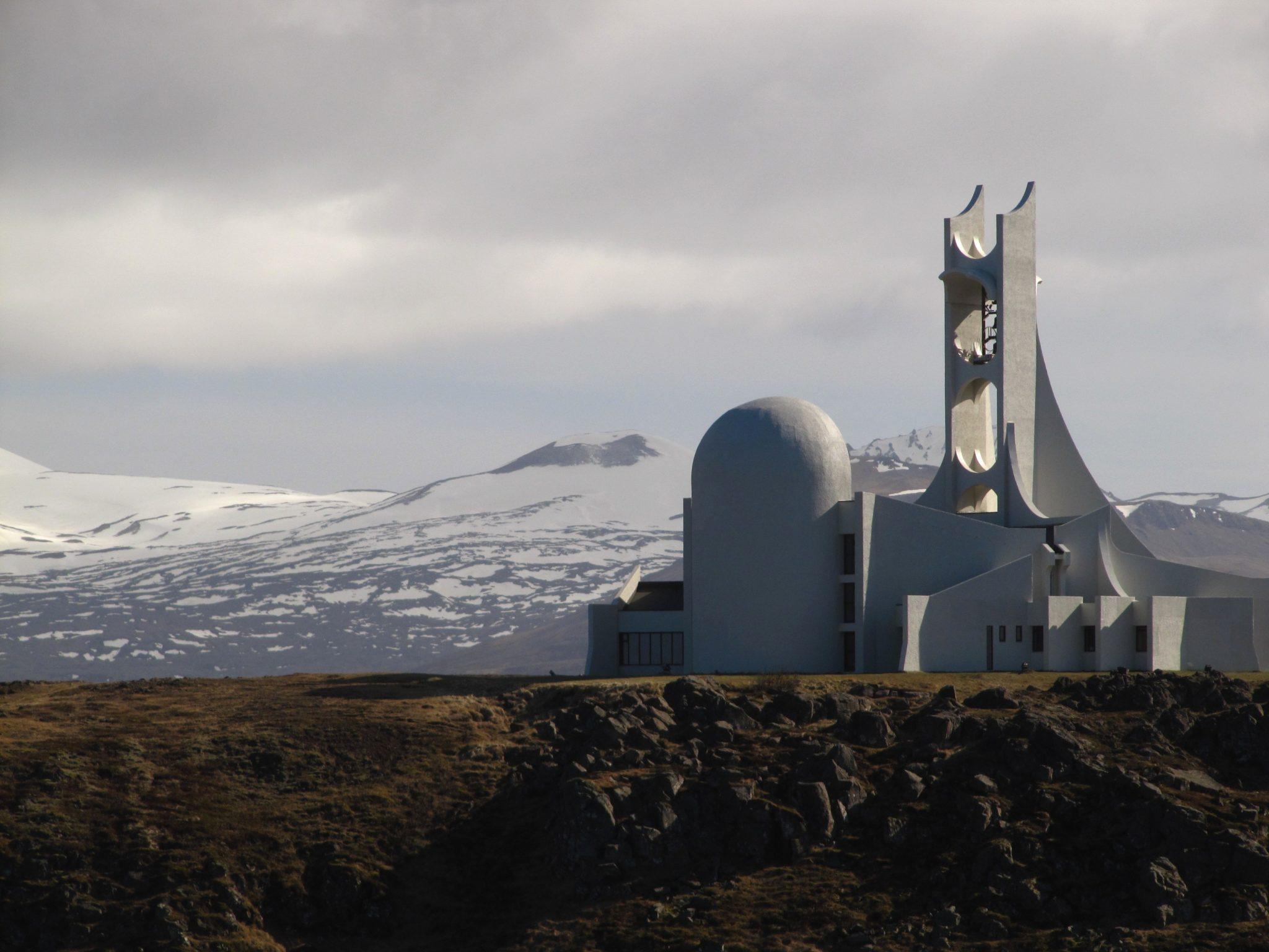 Kościół w Stykkisholmur - Islandia W liczącym niespełna 1200 mieszkańców islandzkim miasteczku Stykkisholmur znajduje się jedna z najbardziej oryginalnych budowli na całej wyspie. Biały betonowy kościół został wybudowany w 1980 roku w stylu modernistycznym. Wejście do budynku znajduje się pomiędzy dwoma szerokimi ramionami, które kierują wzrok w górę, ku umieszczonemu na wieży dzwonowi. Kościół jest także używany jako sala koncertowa.   Fot. dreamstime