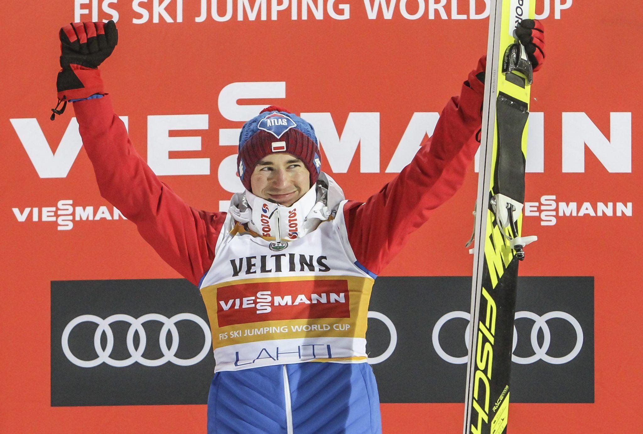 W fenomenalnym stylu Kamil Stoch wygrał konkurs Pucharu Świata w Lahti. To już 27. zwycięstwo Polaka w tym cyklu. W klasyfikacji wszech czasów trzykrotny mistrz olimpijski jest już bardzo blisko Martina Schmitta.fot: Pekka Sipola, PAP/EPA