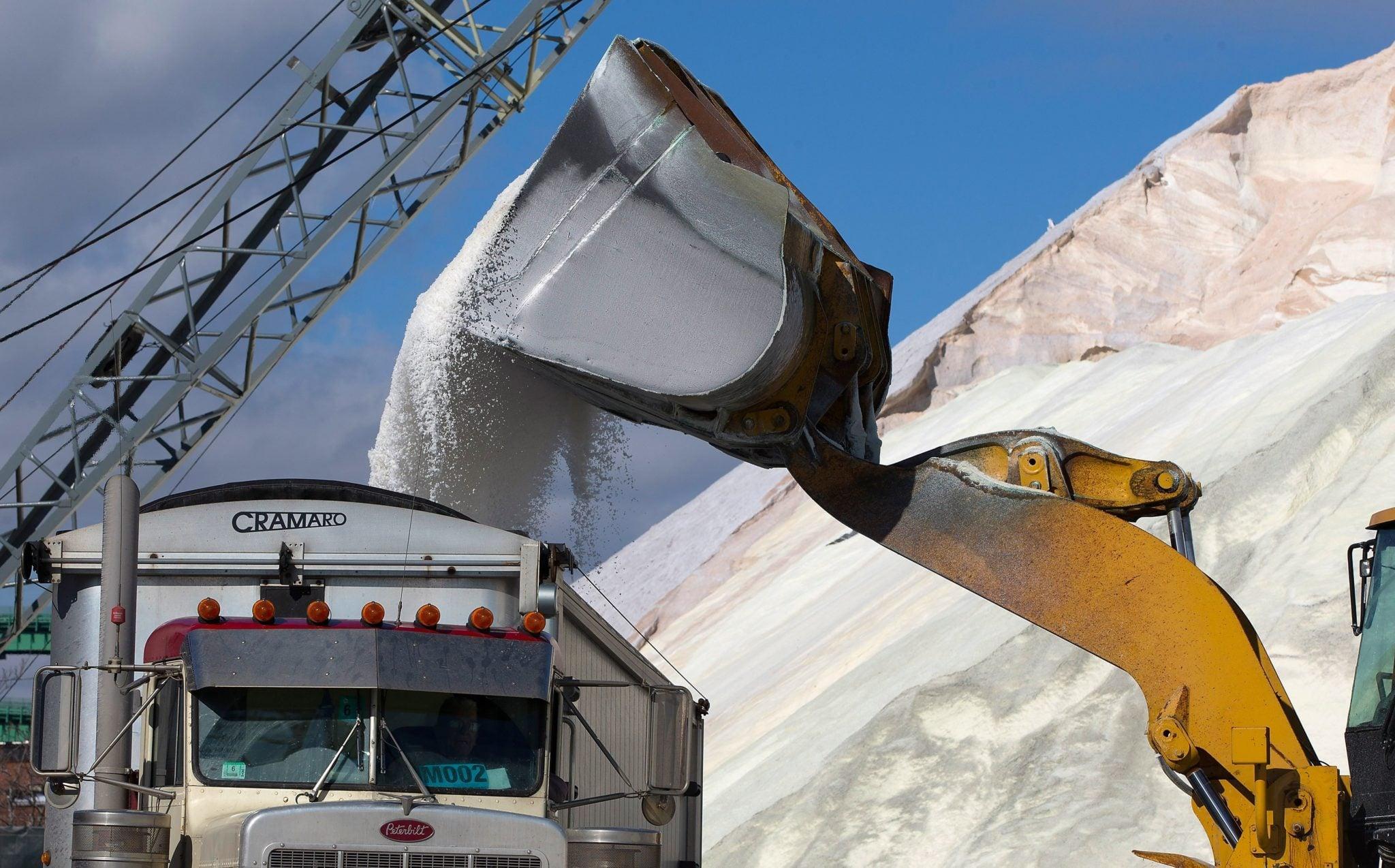 USA, Massachusetts: załogi ładują sól drogową do ciężarówek w ramach przygotowań do nadchodzącej burzy na terminalu soli w Chelsea. W sumie załadowano 100 ciężarówek po 30 ton każdą do wykorzystania na lokalnych drogach podczas śnieżycy, fot: PAP/EPA