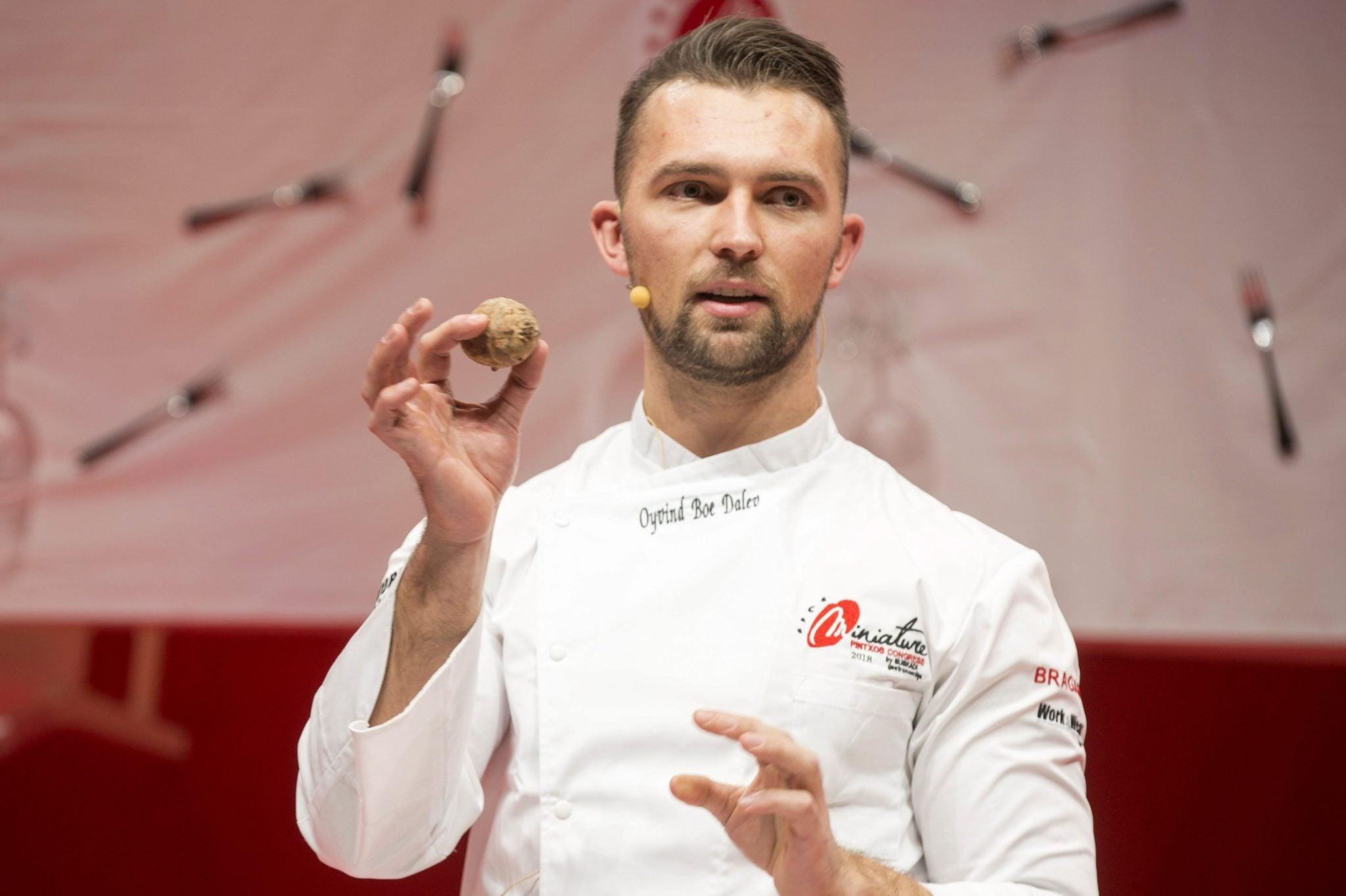 Hiszpania: norweski szef kuchni Oyvind Boe Dalev z restauracji Statholdergaarden, mistrz świata tapas, prezentuje swoje kulinarne dzieła sztuki podczas międzynarodowego kongresu tapas