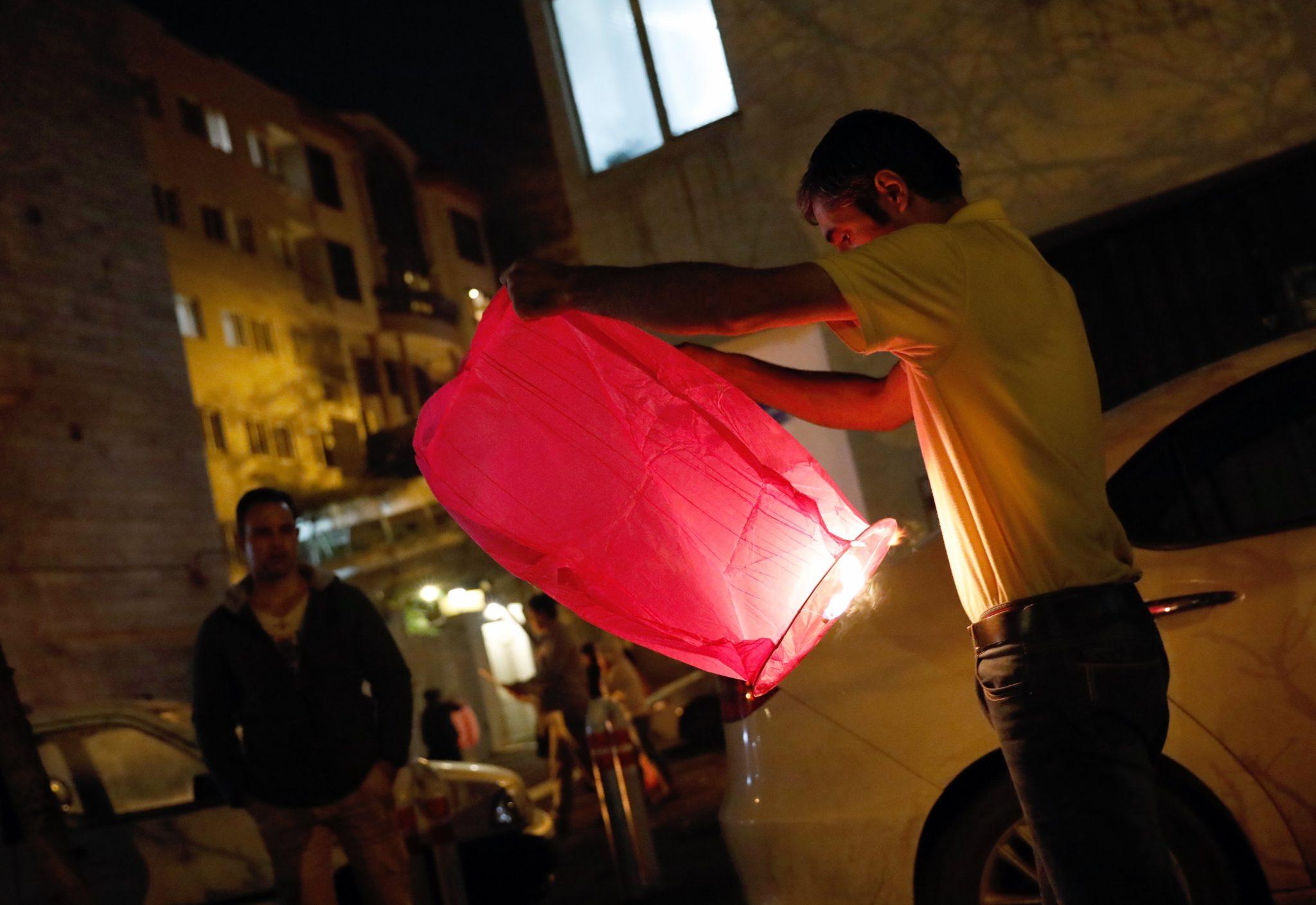 Irańczycy biorą udział w tradycyjnych świętach ognia (Charshanbeh Suri), w Teheranie, stolicy kraju, fot: Abedin Taherkenareh, PAP/ EPA