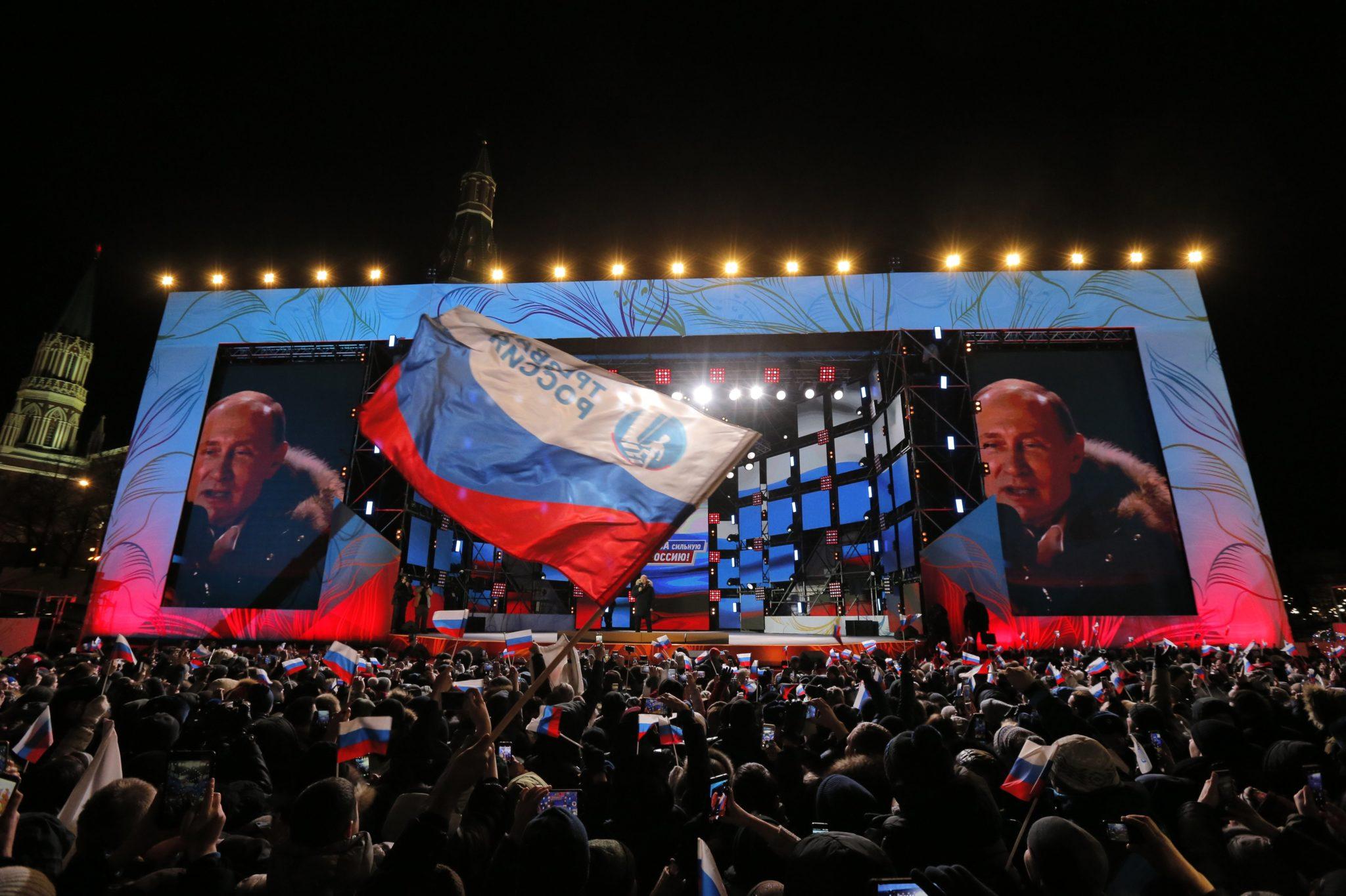 Moskwa, plac niedaleko Kremla: wiec poparcia dla Putina, fot: Yuri Kochetkov, PAP/EPA