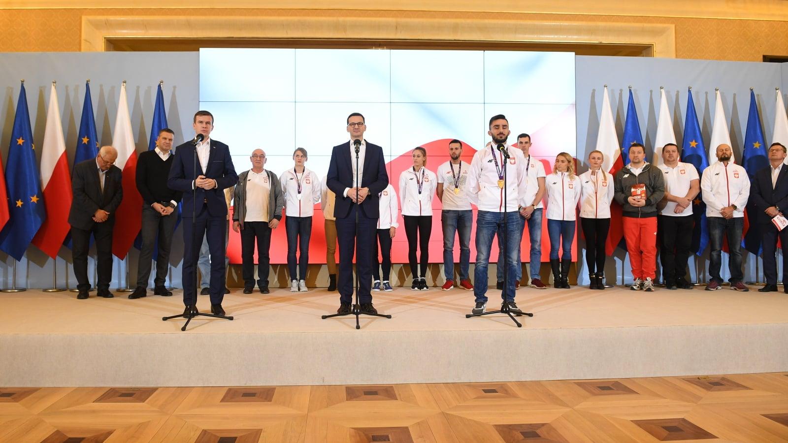 Premier Mateusz Morawiecki podczas powitania w KPRM w Warszawie, polskich sportowców biorących udział w halowych mistrzostwach świata w lekkiej atletyce w Birmingham