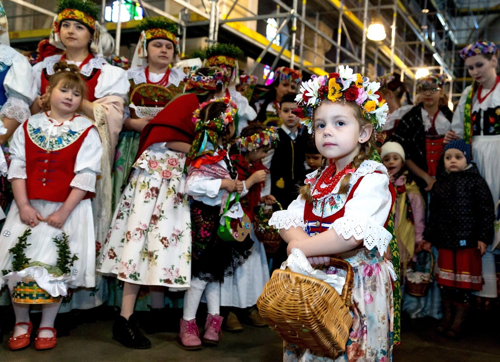 Święcenie pokarmów w Bytomiu - w tradycyjnych strojach śląskich fot. PAP/Andrzej Grygiel