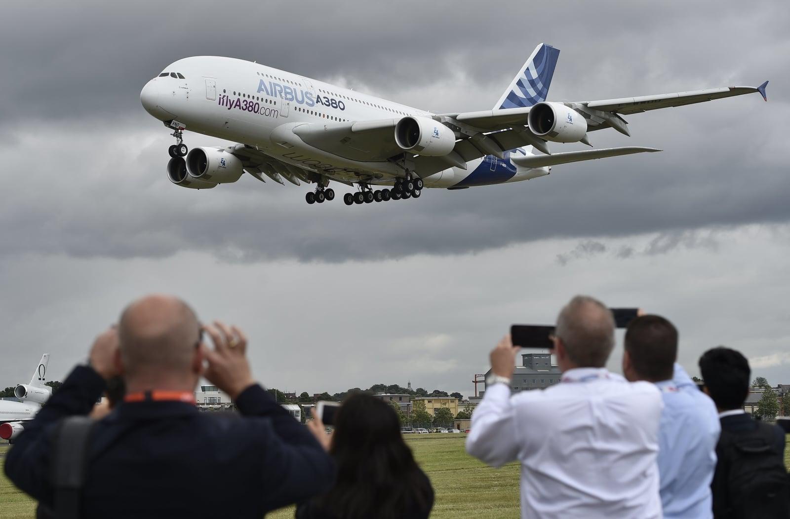 Airbus A-380 podczas lotu pokazowego. fot. EPA/HANNAH MCKAY