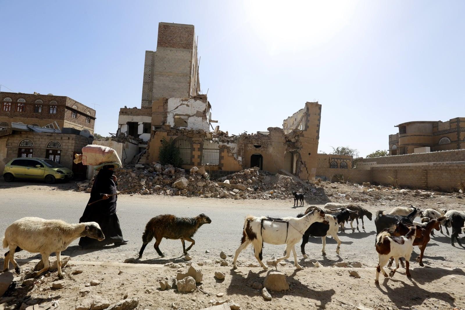 Jemen. Zniszczone ulice miasta Sana'a. fot. EPA/YAHYA ARHAB