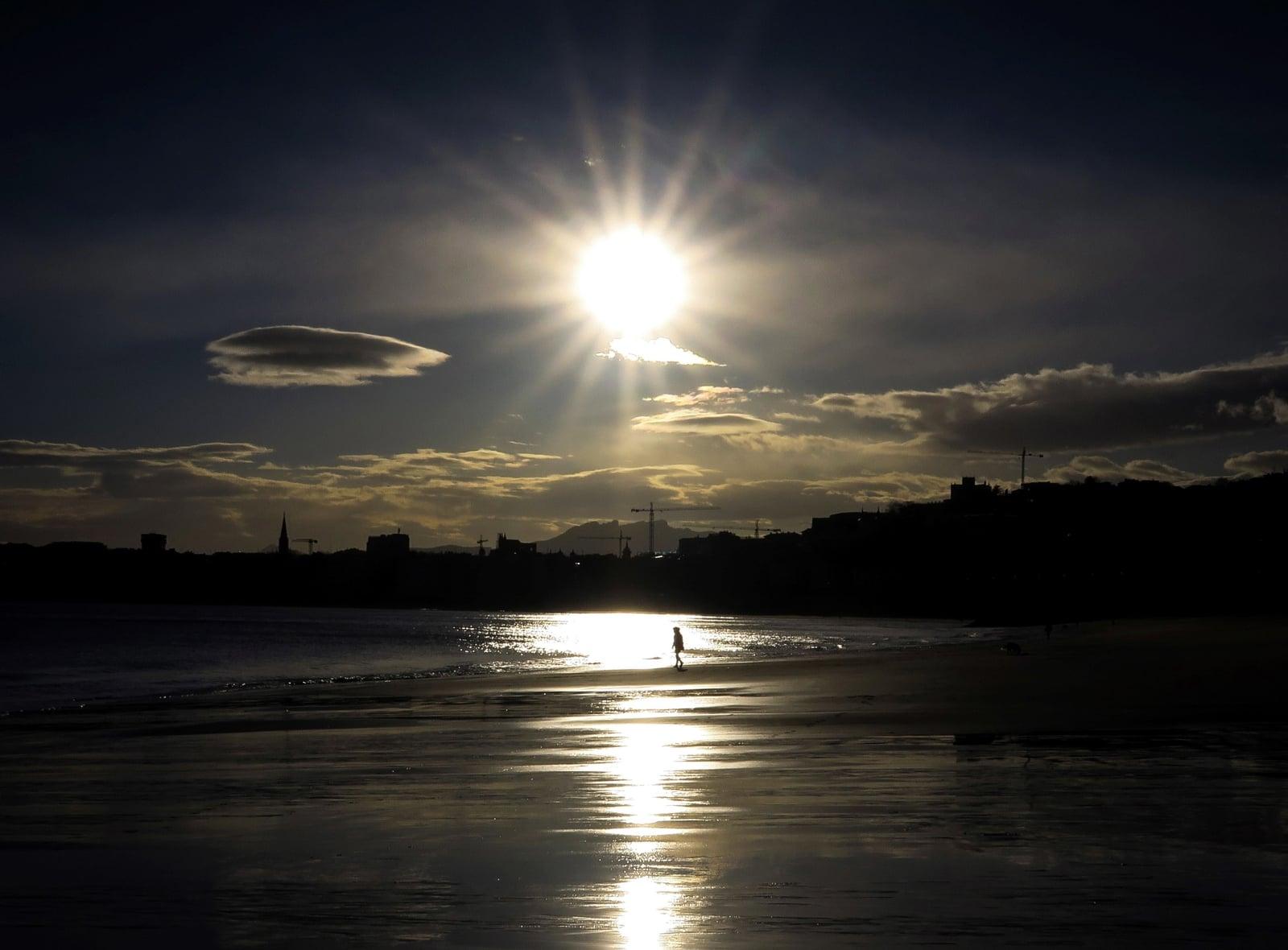 Wschód słońca w Hiszpanii, fot. EPA/JAVIER ETXEZARRETA