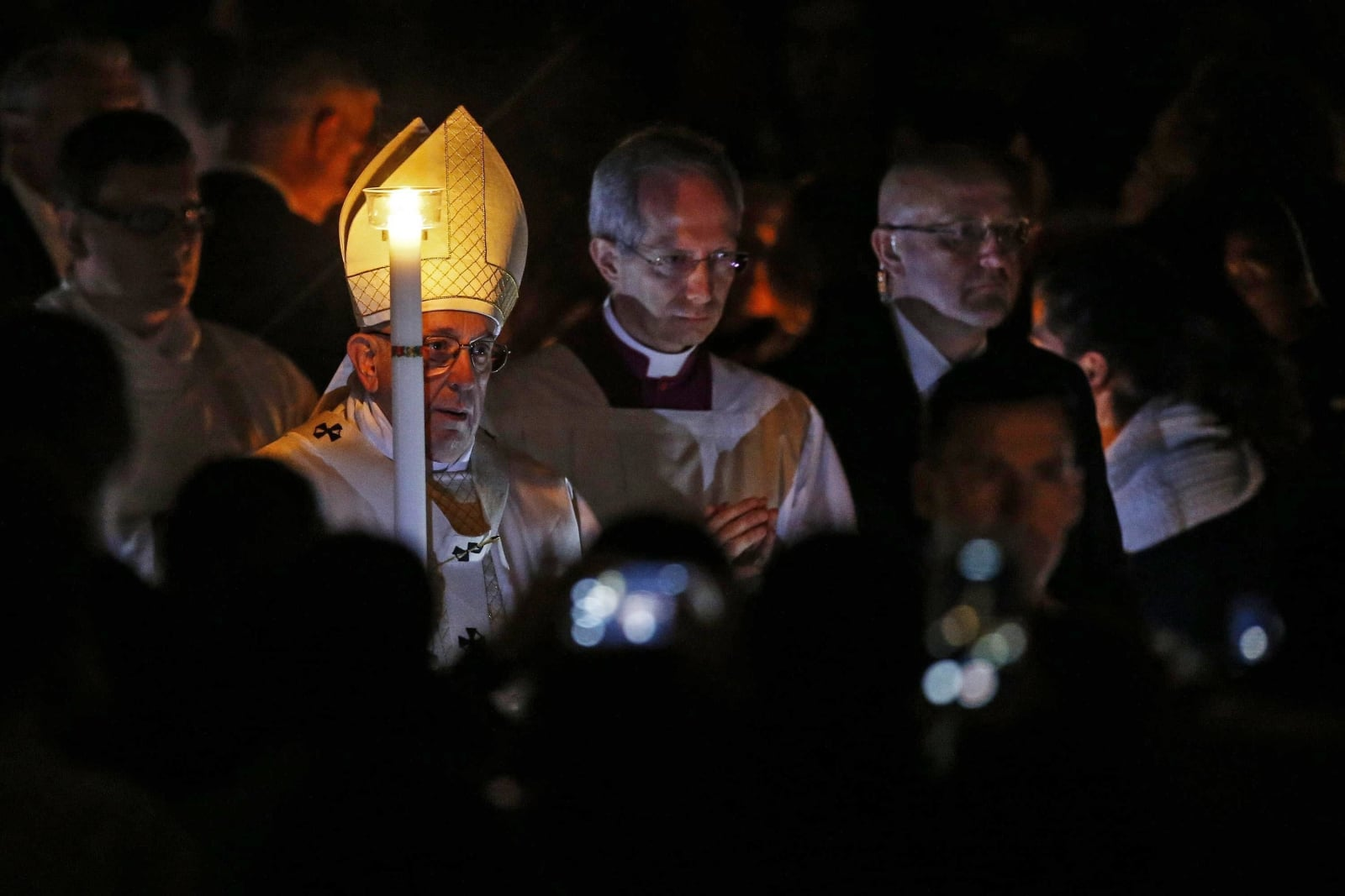 Wigilia Paschalna w Watykanie fot. EPA/FABIO FRUSTACI