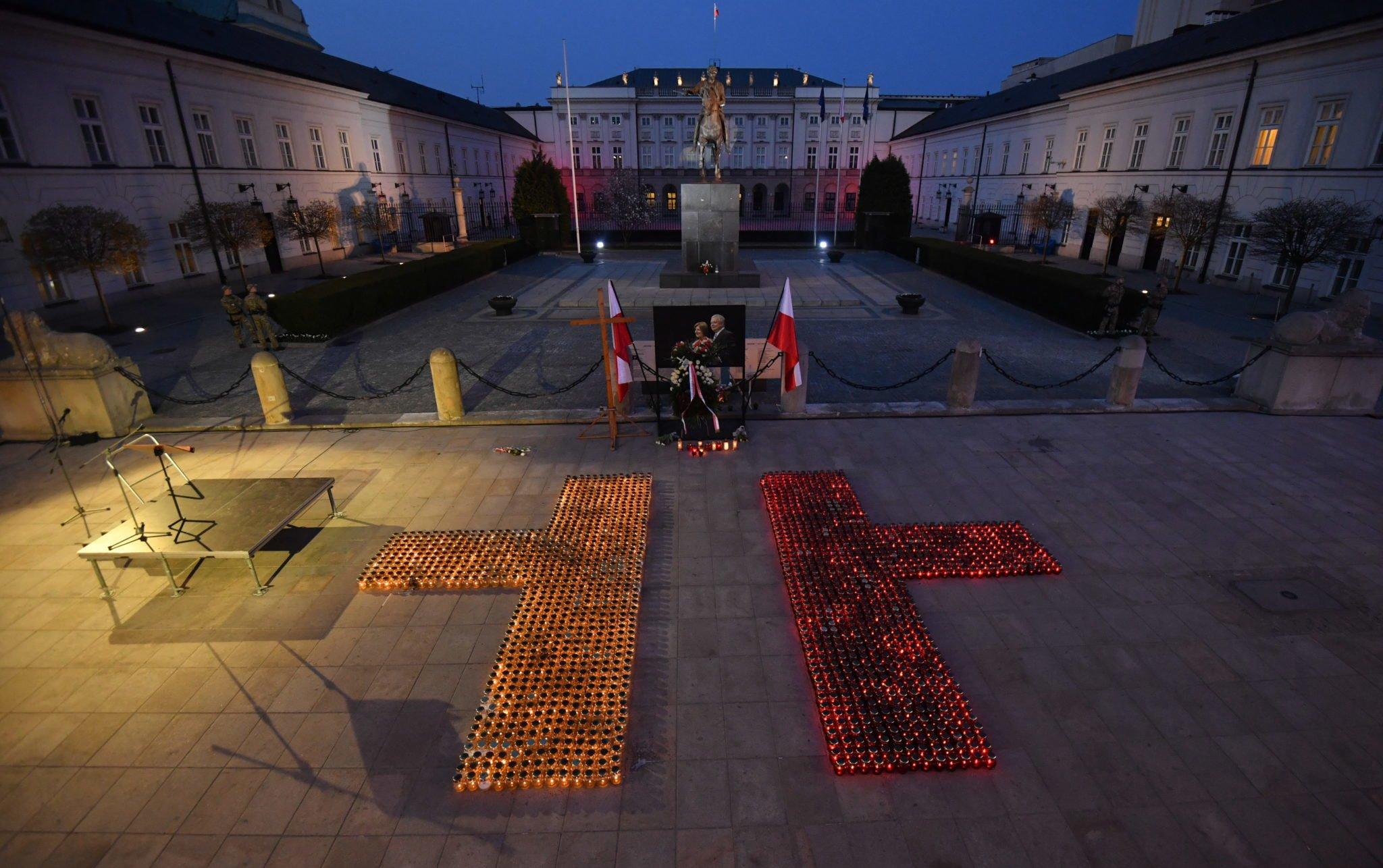 Przygotowania do wieczornego Apelu Pamięci przed Pałacem Prezydenckim w Warszawie, fot: Bartłomiej Zborowski, PAP
