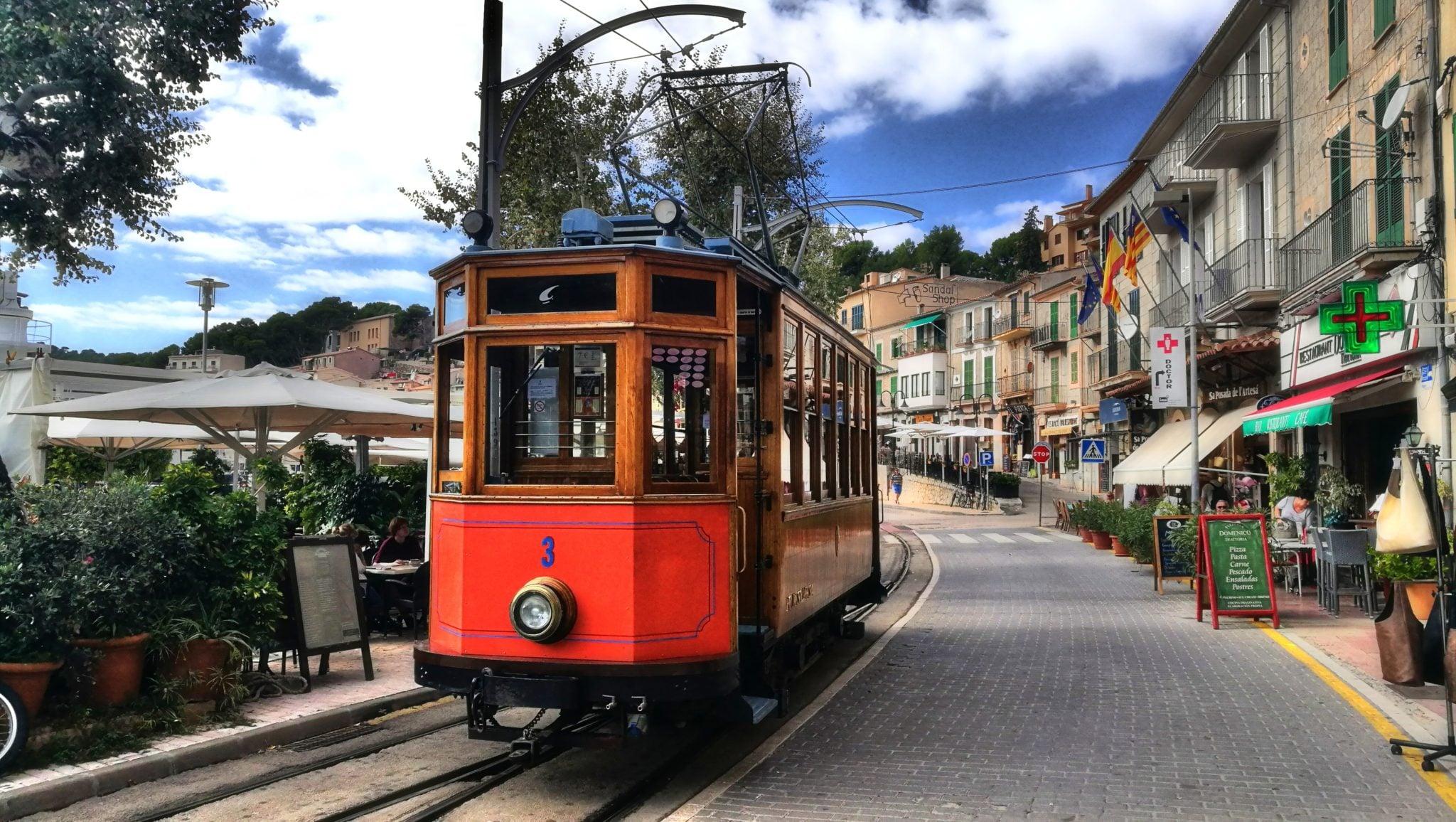 Hiszpania, Majorka. Największa z wysp w archipelagu Balearów to miejsce typowo turystyczne – 90% dochodu wyspy pochodzi właśnie z turystyki. Na wyspie nie brakuje urokliwych miejsc i zakątków, w których możemy spędzić niezapomniane chwile. To tutaj znajduje się letnia rezydencja króla Hiszpanii. Szczególnie polecam odwiedzenie niewielkiej i klimatycznej miejscowości Soller, do której można dostać się również oldschoolowym pociągiem kursującym po wyspie.