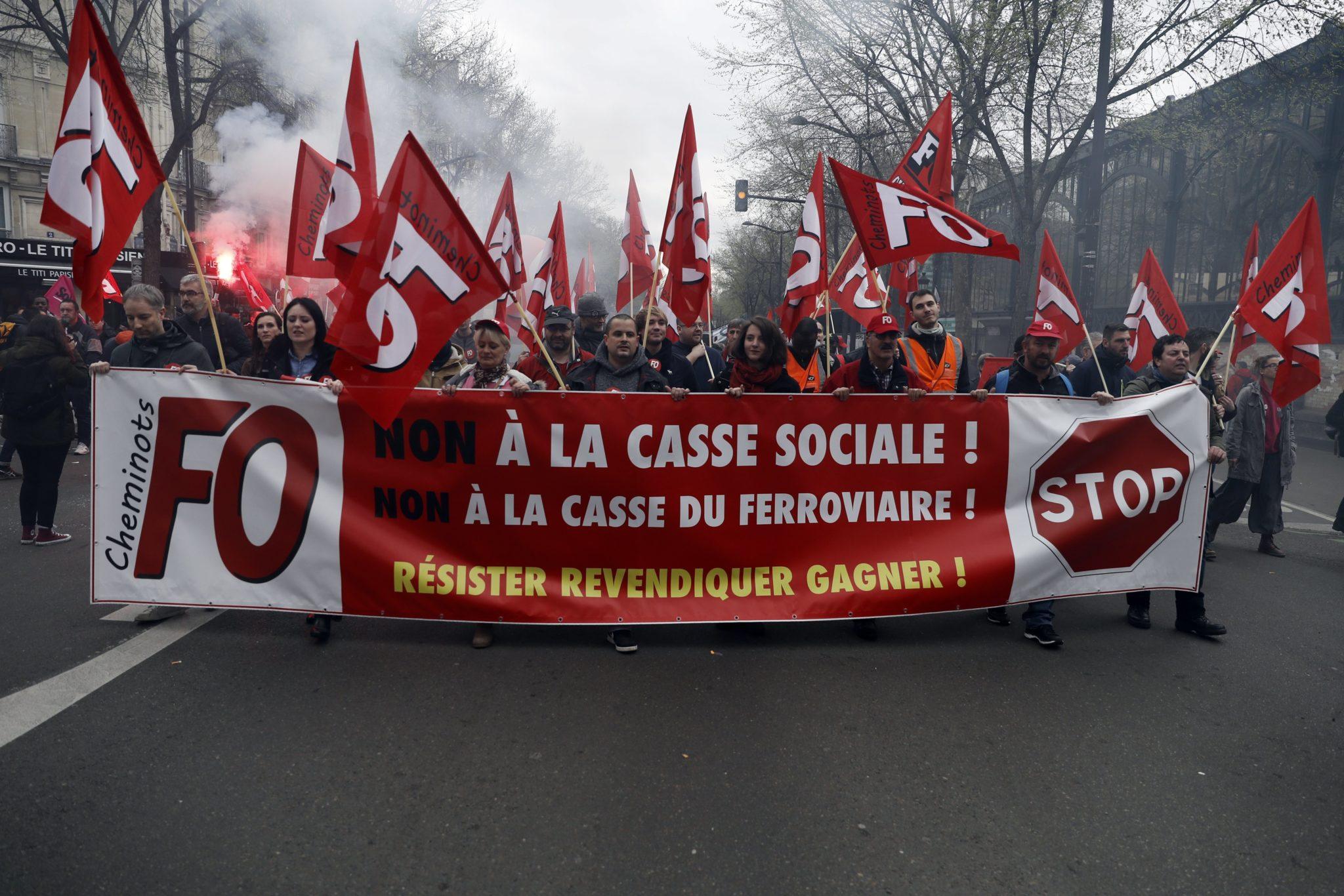 Strajk kolejarzy i personelu lotniczego, paraliż komunikacyjne, to protest przeciwko reformom prezydenta Macrona, fot: Etienne Laurent, PAP/EPA