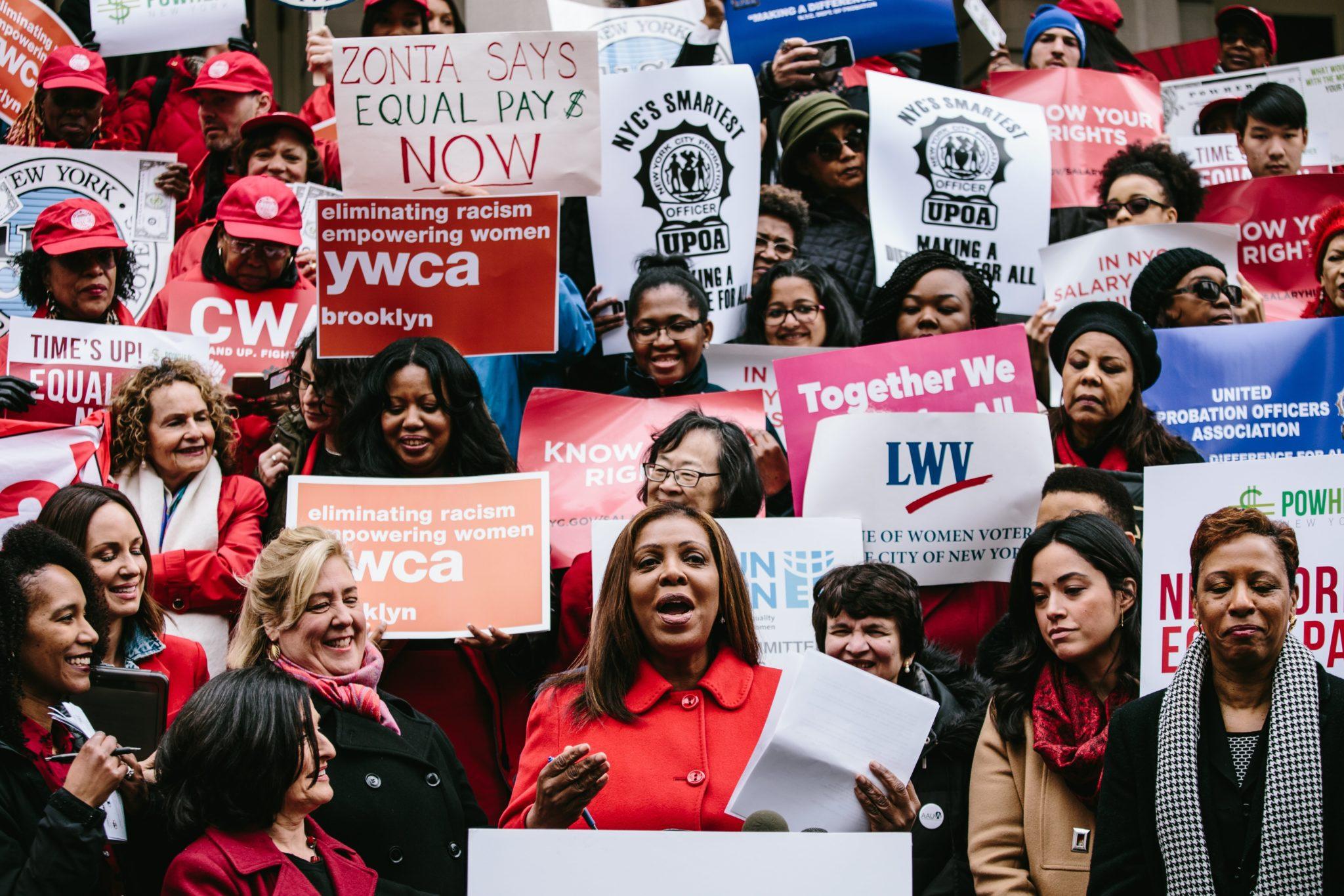 USA, Nowy Jork: pikieta z okazji Dnia Równości Wynagrodzeń, fot: Alba Vigaray, PAP/EPA