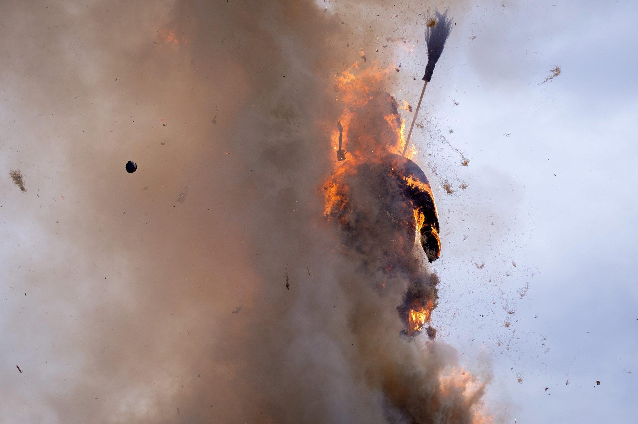 Szwajcaria, Zurych: palenie symbolicznego bałwana, festiwal końca zimy. Im szybciej Boeoegg (bo taka jest jego nazwa) eksploduje, tym lato będzie cieplejsze, fot: Melanie Duchene, PAP/EPA
