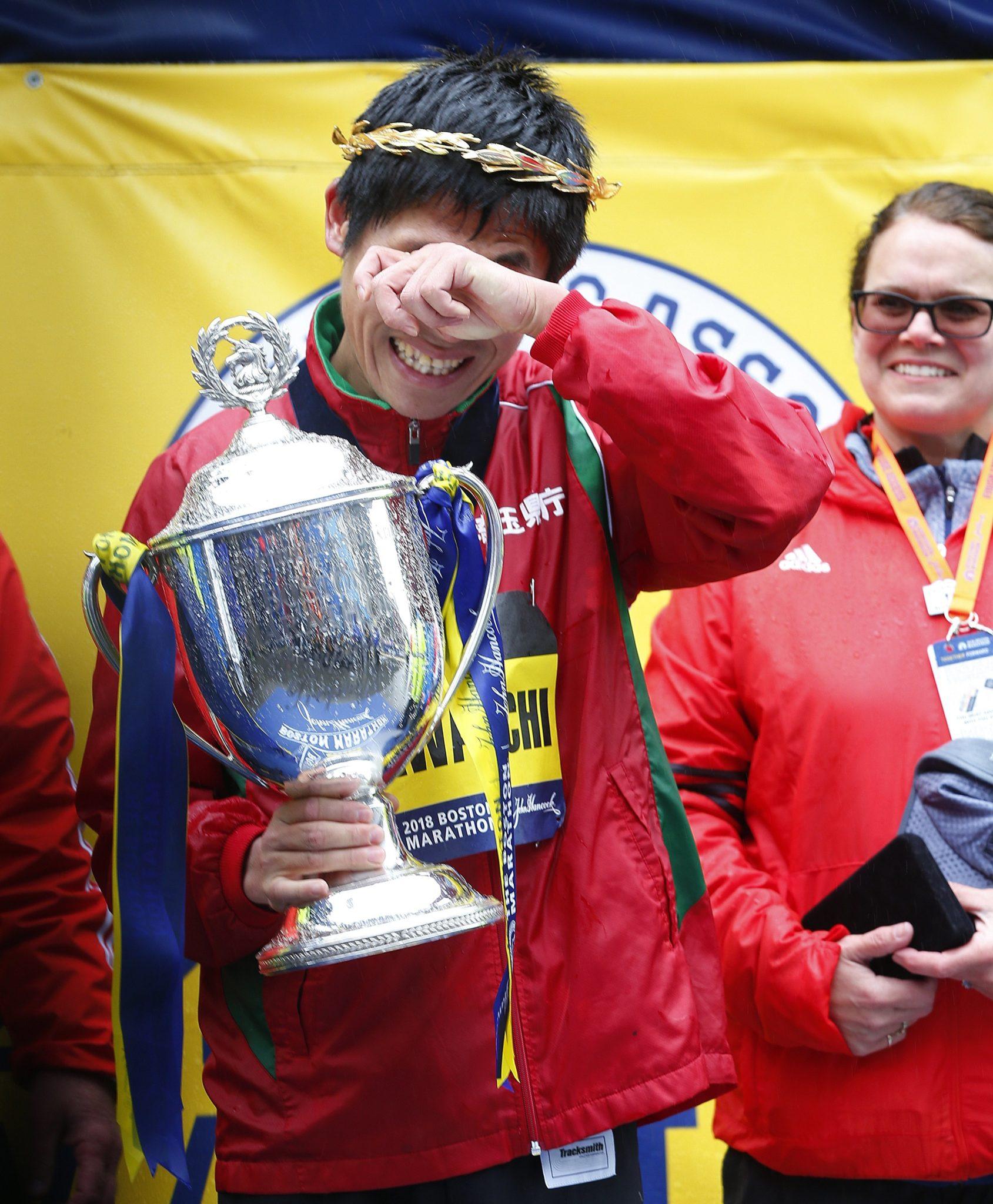 Stany Zjednoczone, Boston: Yuki Kawauchi z Japonii świętuje zwycięstwo wśród mężczyzn w 122. Bostońskim Maratonie, fot: CJ Gunther, PAP/EPA