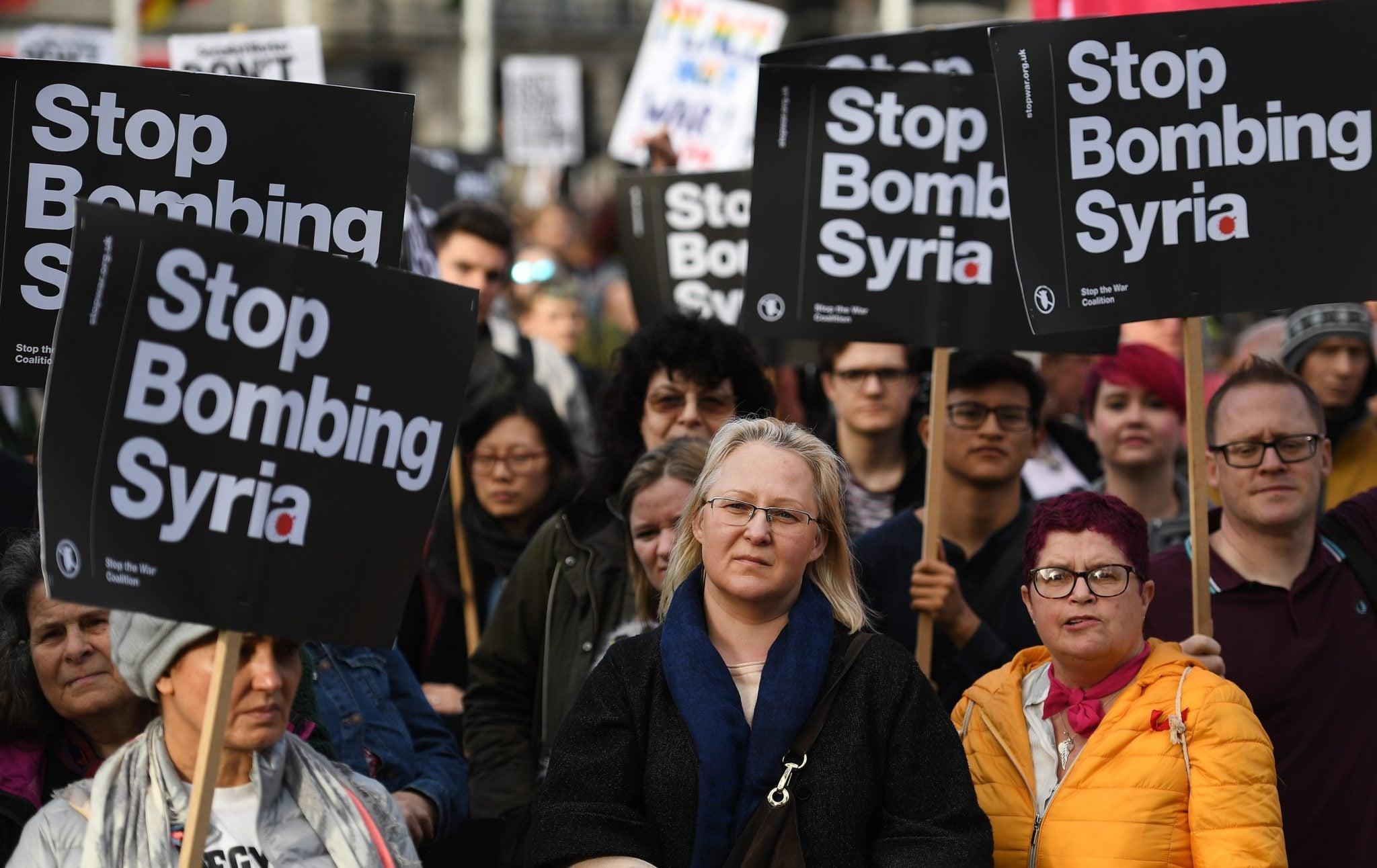 Wielka Brytania: demonstranci przed parlamentem w Londynie. Wyrażają sprzeciw wobec akcji militarnej w Syrii. Premier Wielkiej Brytanii Theresa May wydała dziś oświadczenie w sprawie Syrii dla członków w Izbie Gmin, fot: Andy Rain, PAP/EPA
