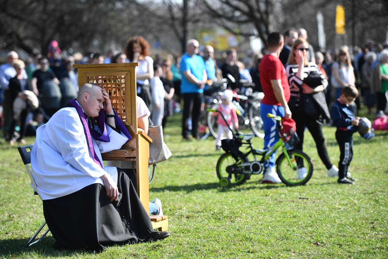 SpowiedŸź podczas mszy odprawionej przy figurze Jezusa Miłosiernego w Warszawie w Niedzielę Miłosierdzia Bożego, fot. PAP/Jacek Turczyk